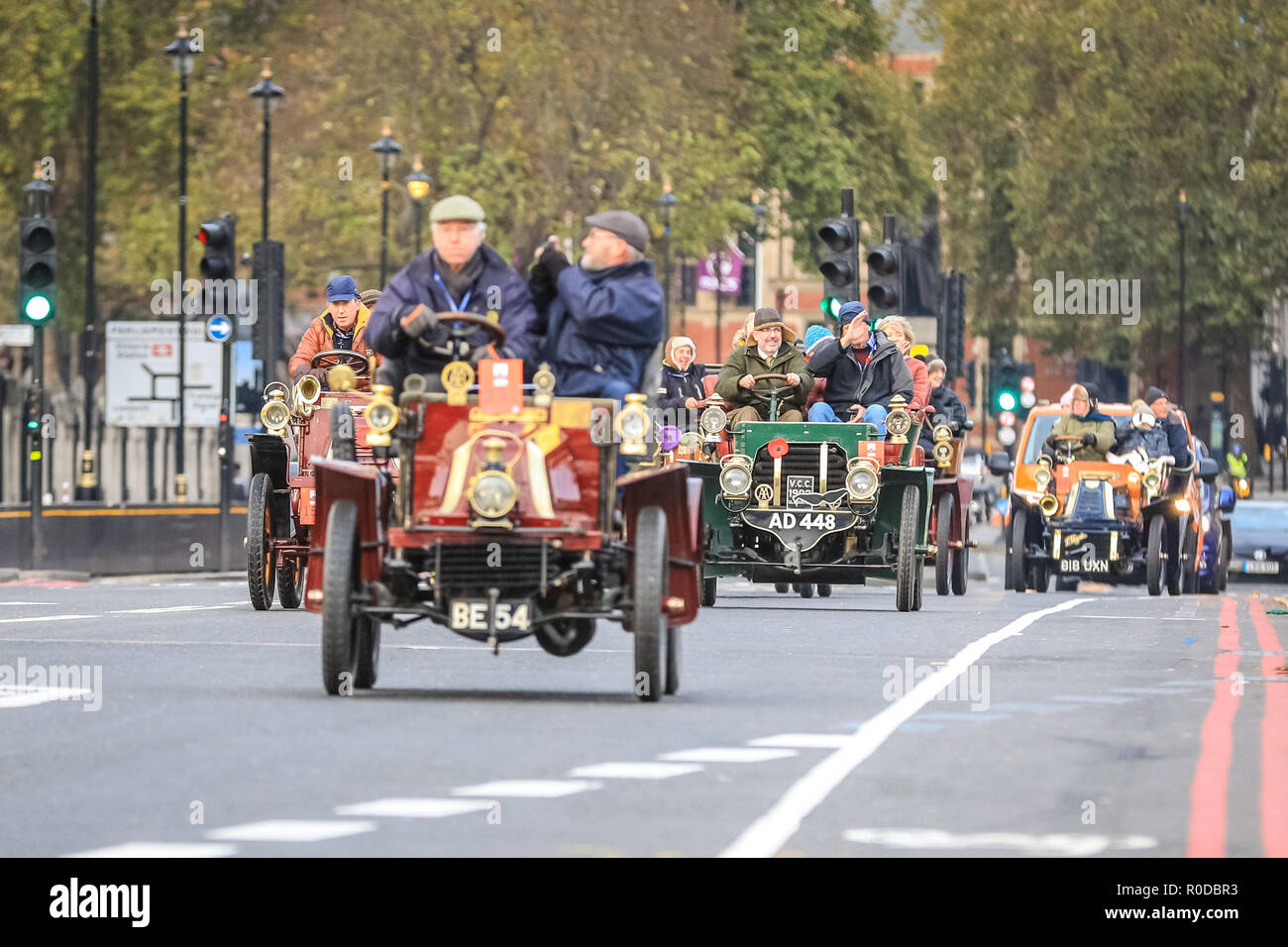 Westminster Bridge, London, UK, 4th Nov 2018. A group of the veteran cars approaches together. The World's longest running motoring event, Bonhams London to Brighton Veteran Car Run, sets of from Hyde Park and along Constitution Hill by Buckingham Palace, the Mall and Admiralty Arch, then along a 60 mile route all the way to Brighton. It is this year in its 122nd anniversary run. More than 400 of the veteran cars are from the pre-1905 era. Credit: Imageplotter News and Sports/Alamy Live News - Stock Image
