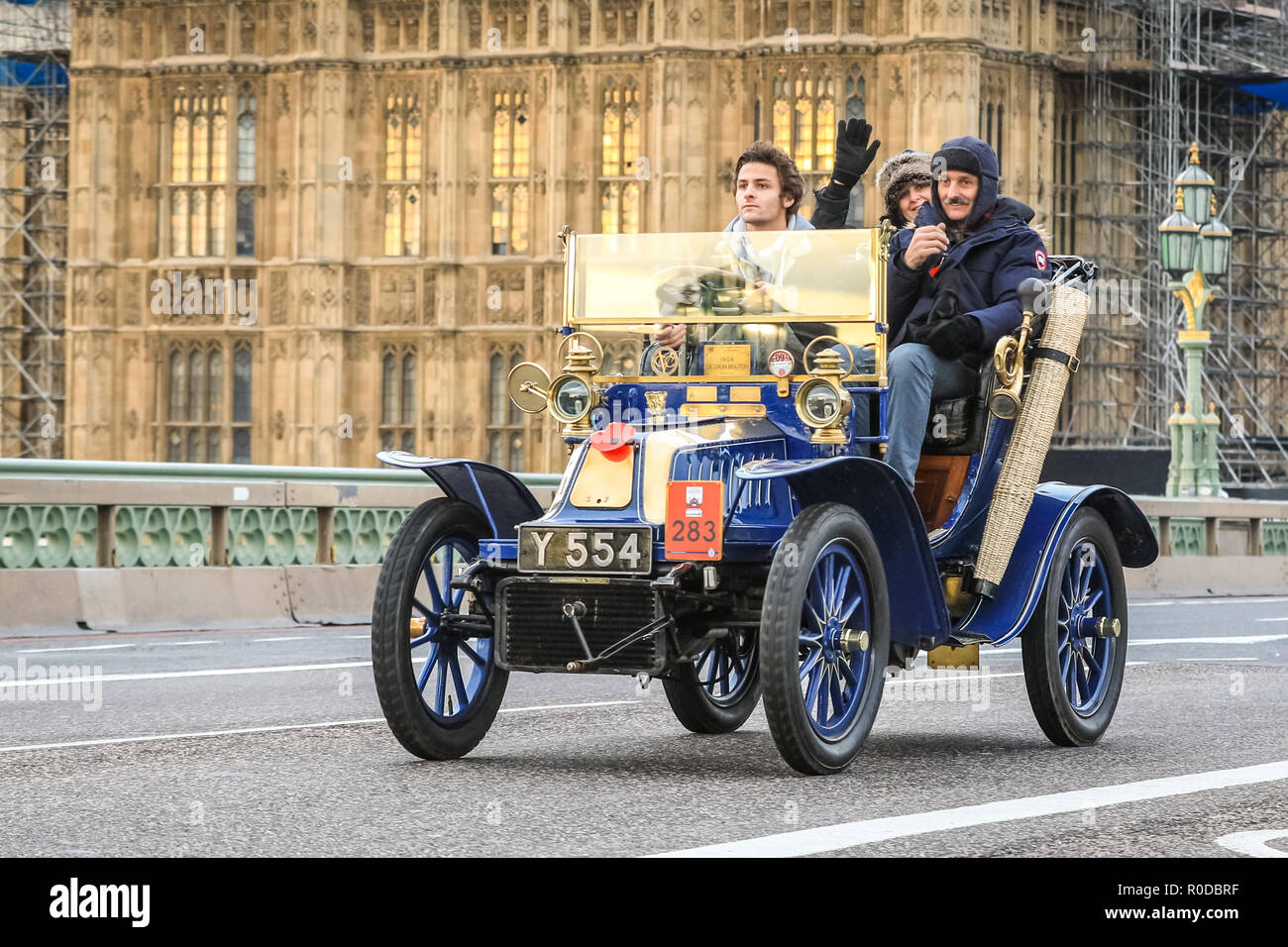 Westminster Bridge, London, UK, 4th Nov 2018. The World's longest running motoring event, Bonhams London to Brighton Veteran Car Run, sets of from Hyde Park and along Constitution Hill by Buckingham Palace, the Mall and Admiralty Arch, then along a 60 mile route all the way to Brighton. It is this year in its 122nd anniversary run. More than 400 of the veteran cars are from the pre-1905 era. Credit: Imageplotter News and Sports/Alamy Live News Stock Photo