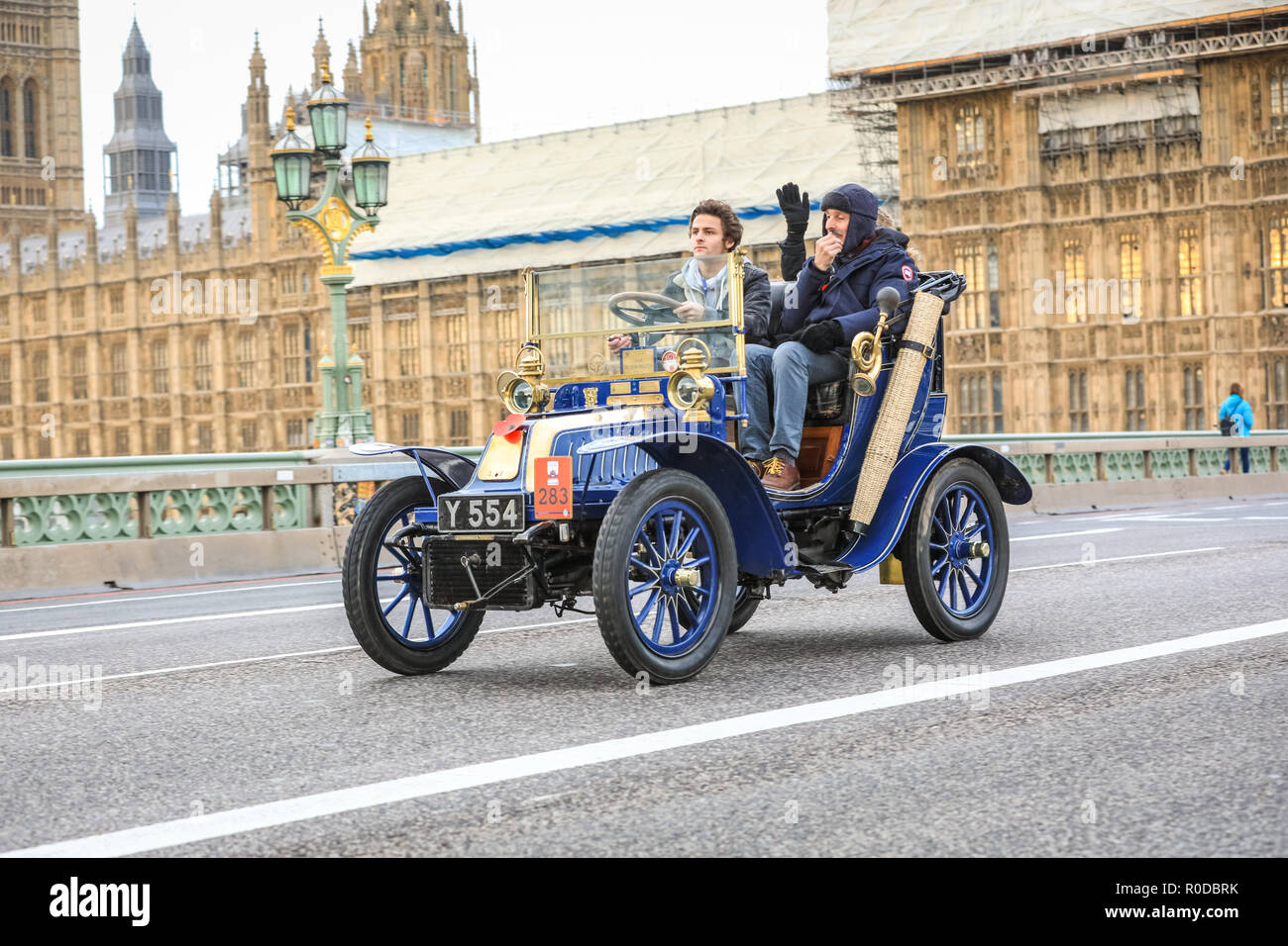 Westminster Bridge, London, UK, 4th Nov 2018. The World's longest running motoring event, Bonhams London to Brighton Veteran Car Run, sets of from Hyde Park and along Constitution Hill by Buckingham Palace, the Mall and Admiralty Arch, then along a 60 mile route all the way to Brighton. It is this year in its 122nd anniversary run. More than 400 of the veteran cars are from the pre-1905 era. Credit: Imageplotter News and Sports/Alamy Live News - Stock Image