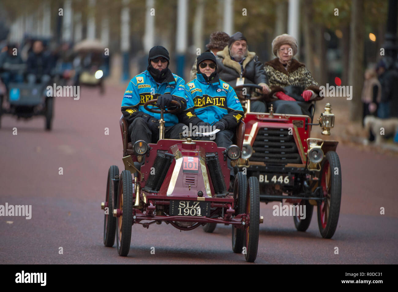 The Mall, London, UK. 4 November, 2018. Bonhams London to Brighton Veteran Car Run 2018, vehicles trundle down The Mall after the sunrise start in Hyde Park at 06.59am. The longest running motoring event in the world, with 400 veteran vehicles starting the 60 mile journey to the south coast, and the first car due to arrive at 09.59am. Credit: Malcolm Park/Alamy Live News. - Stock Image