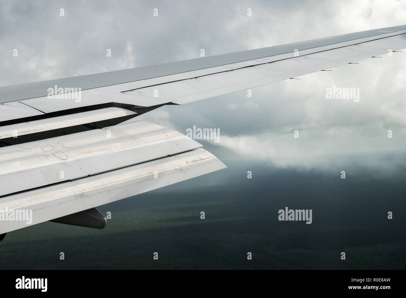 Visible vortex created by the extended flap of a Boeing 747 landing in Cancun in humid conditions - Stock Image