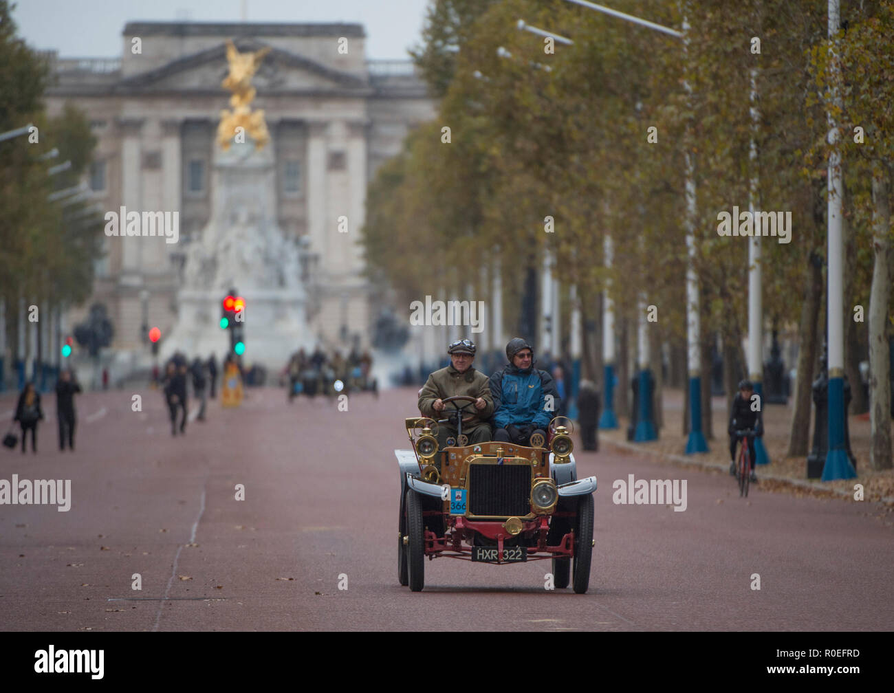 The Mall, London, UK. 4 November 2018. Bonhams London to Brighton Veteran Car Run 2018, 1904 Darracq on The Mall after the dawn start in Hyde Park. Stock Photo