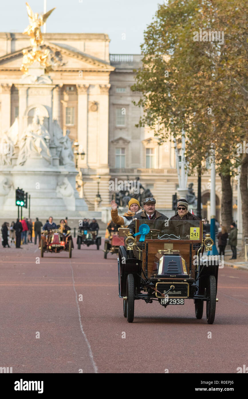 London, United Kingdom. 4th November 2018. Entrants in the world's oldest motoring event pass Buckingham Palace after leaving Hyde Park shortly after sunrise. The cars, numbering in their hundreds and all built before 1905, took a sixty mile route through London, ending on the south coast resort of Brighton. Credit: Andrew Plummer/Alamy Live News - Stock Image