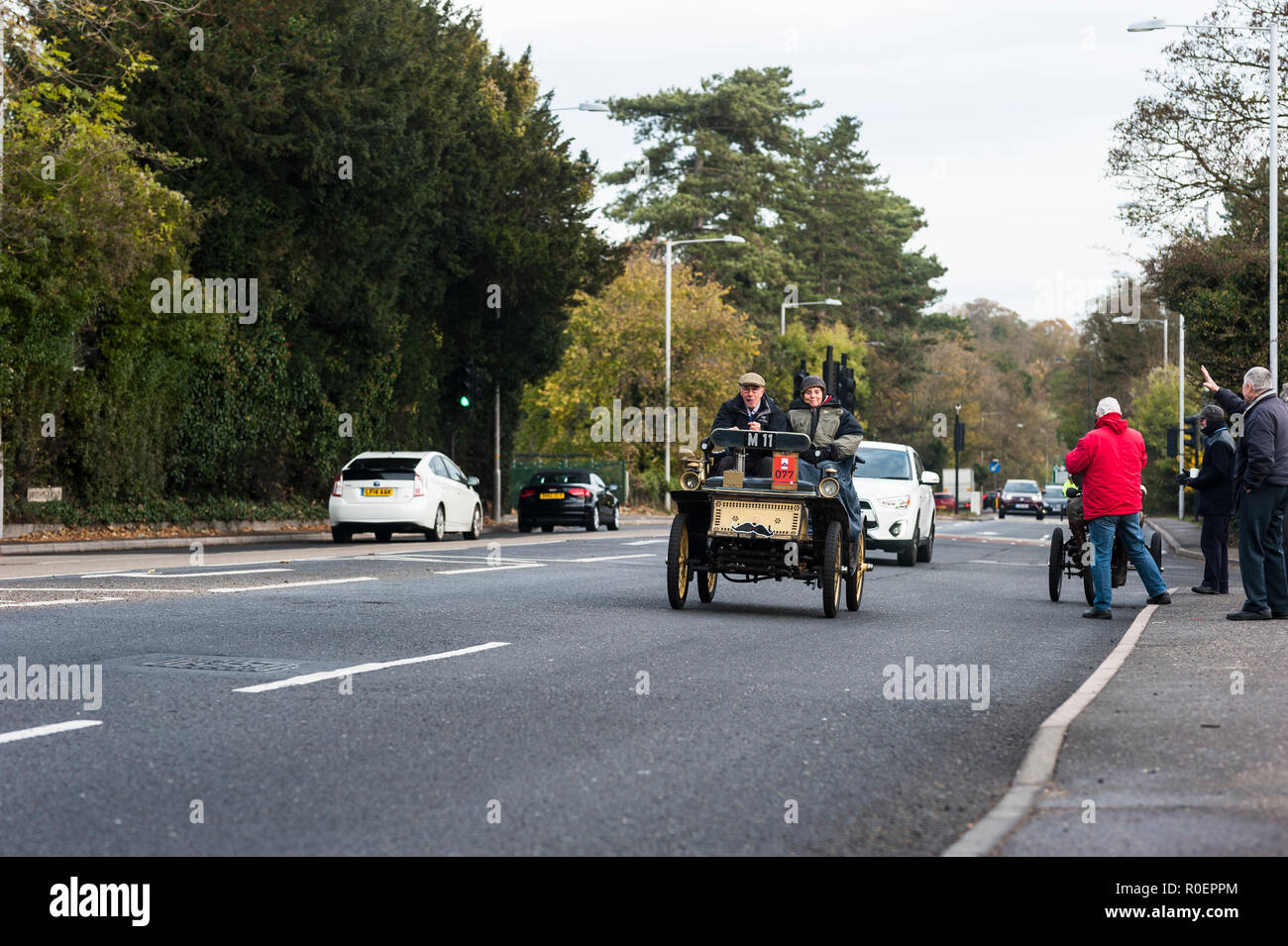Brighton, East Sussex. 4th November 2018. Drivers pass spectators along the A23 in Hooley, Coulson, during the annual London to Brighton Veteran Car Run. Credit: Francesca Moore/Alamy Live News - Stock Image