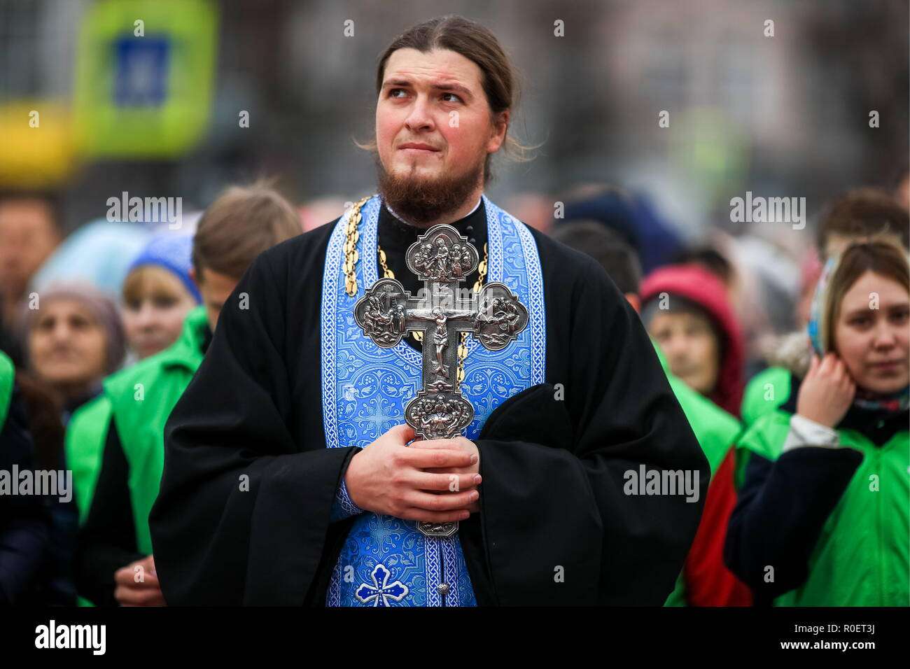 IVANOVO, RUSSIA - NOVEMBER 4, 2018: A Russian Orthodox priest with a crucifix during a procession marking the Feast Day of the Kazan Icon of the Mother of God in the city of Ivanovo. Vladimir Smirnov/TASS - Stock Image