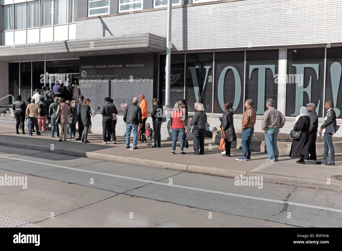 Cleveland, Ohio, USA.  4th Nov, 2018.  Voters wait in line at the Cuyahoga County Board of Elections in downtown Cleveland, Ohio, USA.  They are part of the unprecedented number of early voters who across the US are voting prior to the November 6, 2018 Election Day.  Credit: Mark Kanning/Alamy Live News - Stock Image