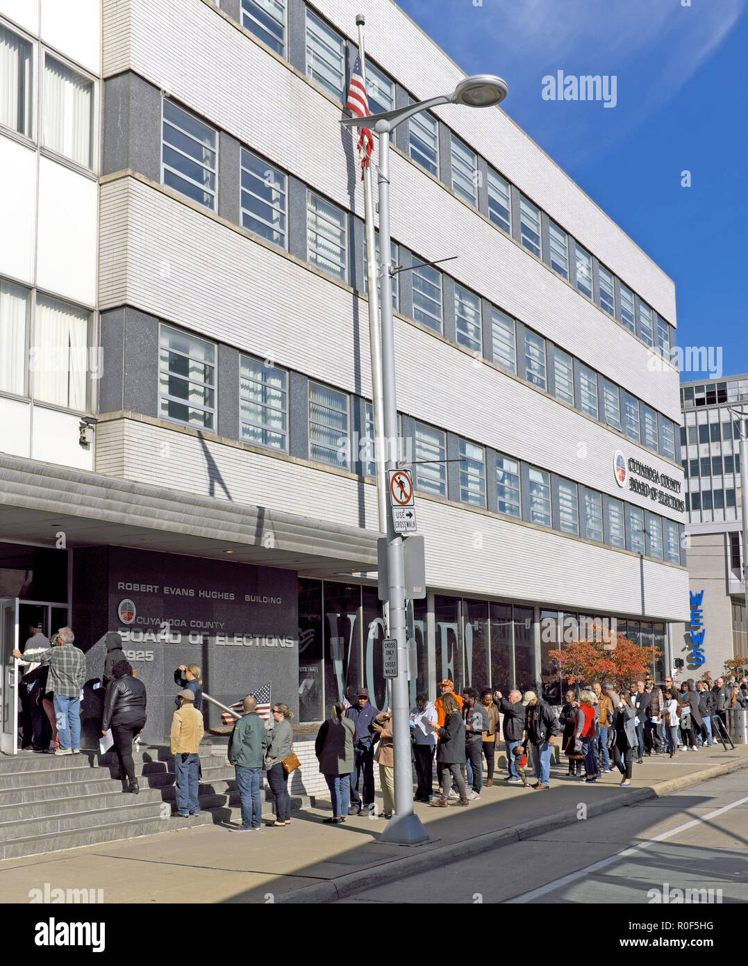 Cleveland, Ohio, USA.  4th Nov, 2018. A long line of early voters for the 2018 US midterm elections wait in front of the Cuyahoga County Board of Education in downtown Cleveland, Ohio, USA.  They are part of the record breaking number of over 27 million people across the US who are voting prior to Election day on November 6, 2018. - Stock Image