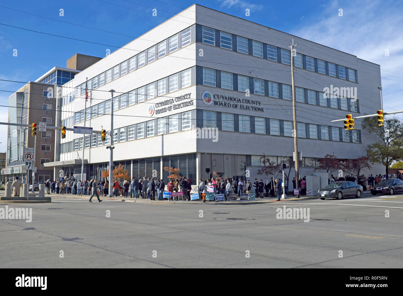 Cleveland, Ohio, USA.  4th Nov, 2018.  Early voters for the US midterm elections wait in line to cast ballots outside the Cuyahoga County Board of elections.  The line wraps around the block from inside the Board of Elections on Superior Avenue down East 30th Street in downtown Cleveland, Ohio, USA.  Credit: Mark Kanning/Alamy Live News. - Stock Image