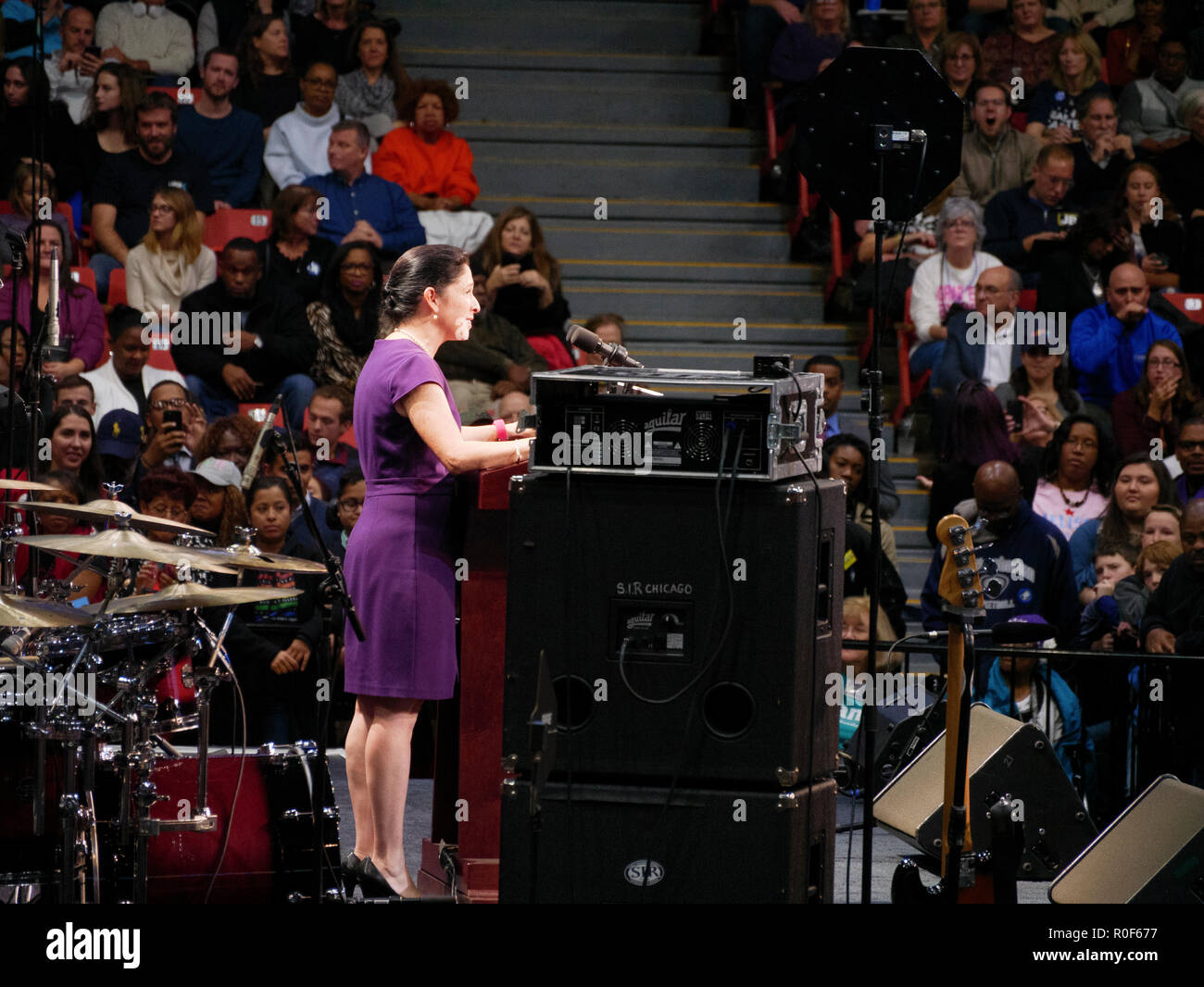 Chicago, Illinois, USA. 4th November 2018. Illinois Comptroller Susana Mendoza speaks at today's rally. The rally was a final push preceding the upcoming midterm general election this Tuesday, which many expect will be a wave election in favor of the Democrats. Credit: Todd Bannor/Alamy Live News - Stock Image