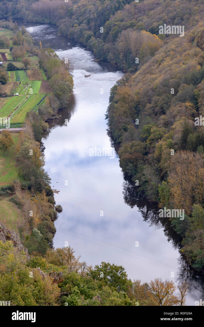 The valley of the Lot river, in Autumn (Saint Parthem - Aveyron- Midi Pyrenees - France), upstream from the castle of Gironde which overlhangs it. Stock Photo