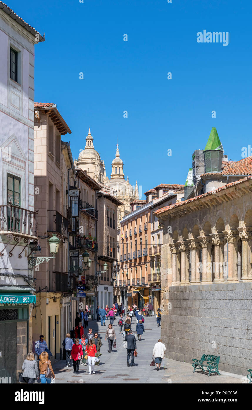 View down Calle Juan Bravo with the Cathedral in the distance, Plaza de San Martin, Segovia, Castilla y Leon, Spain - Stock Image
