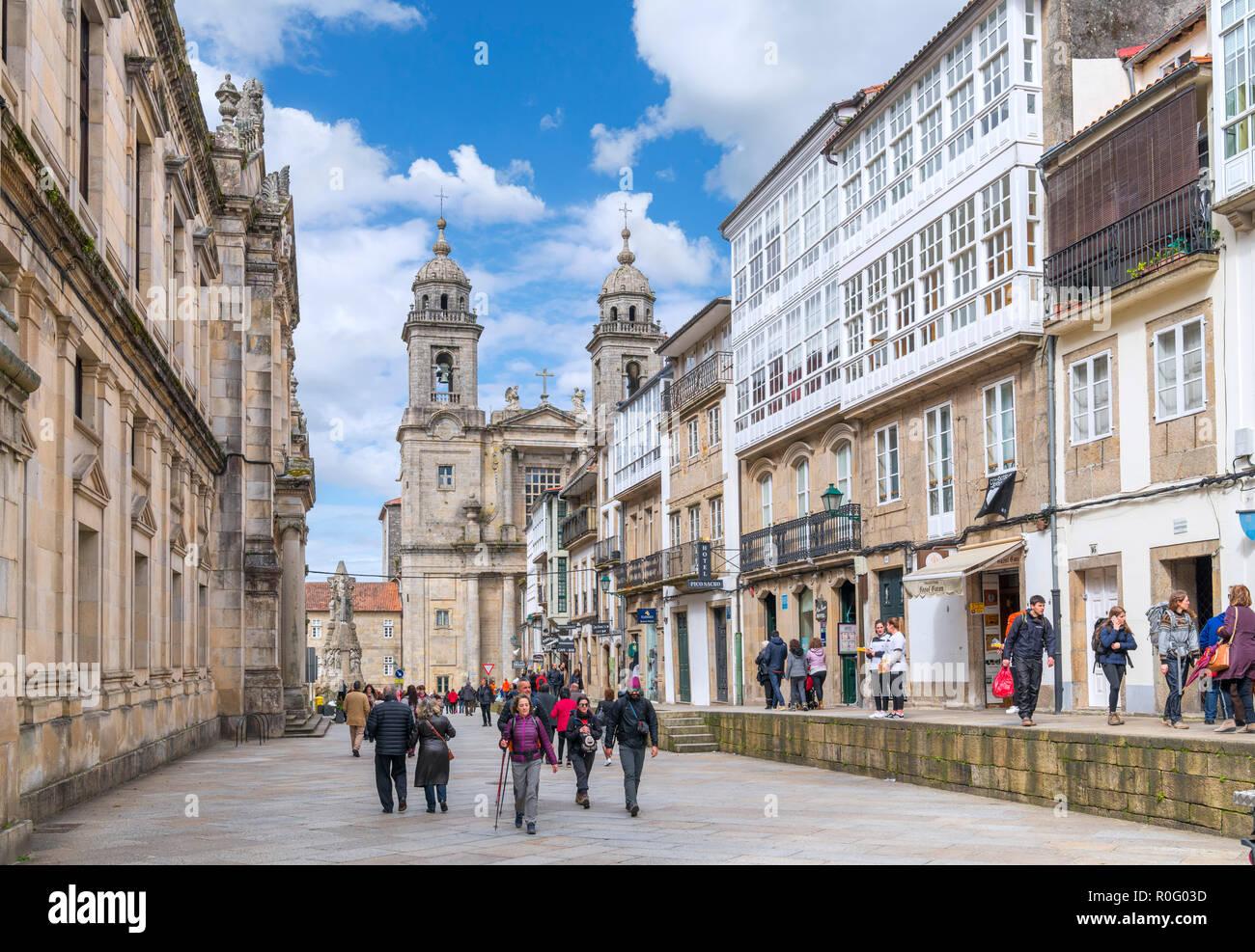 Shops on Rua de San Francisco looking towards the Iglesia de San Francisco, old town, Santiago de Compostela, Galicia, Spain - Stock Image