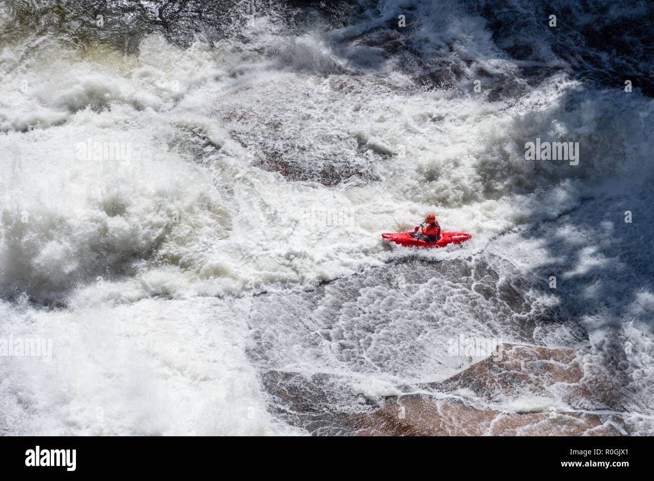 Whitewater kayaker navigating Oceana, a Class V rapid, at Tallulah Gorge during an annual whitewater release from Tallulah Falls Dam in North Georgia. - Stock Image