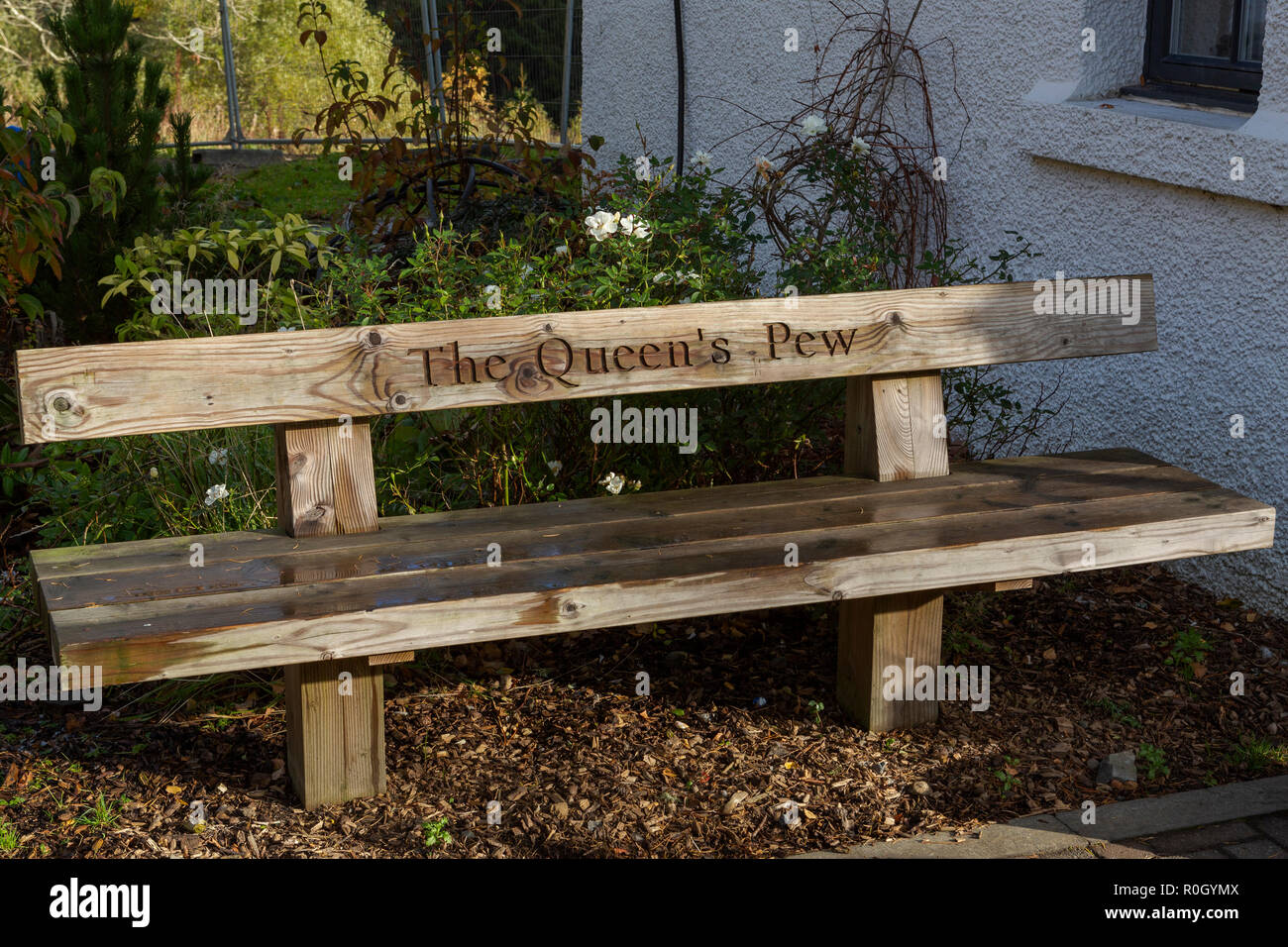 'The Queen's Pew'. Humorous inscription on a bench at the Queen's View visitor centre, near Pitlochry, Perth and Kinross, Scotland - Stock Image