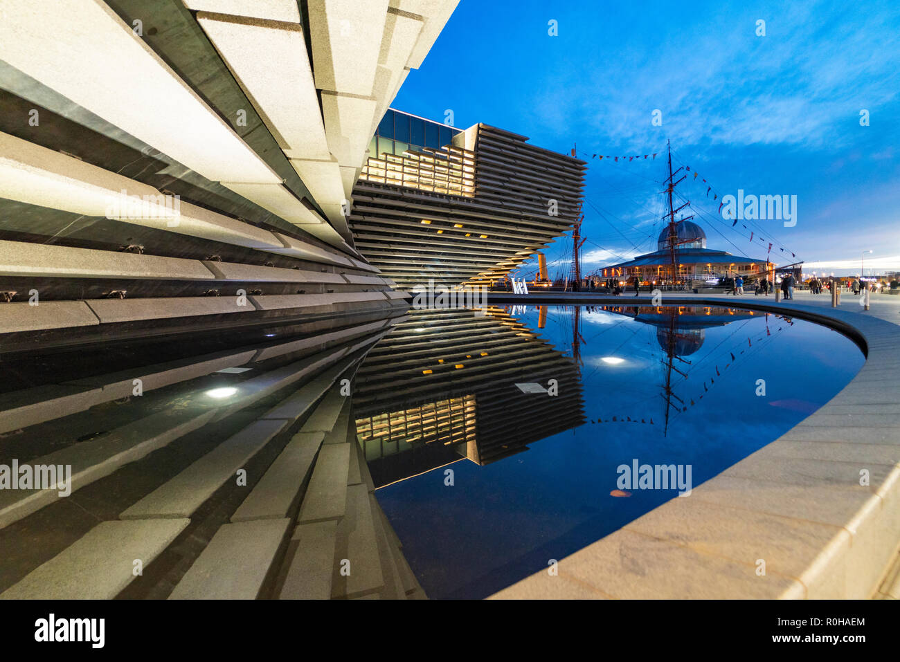 Exterior view of new V&A Museum in the evening in Dundee, Scotland, UK. Architect Kengo Kuma. - Stock Image