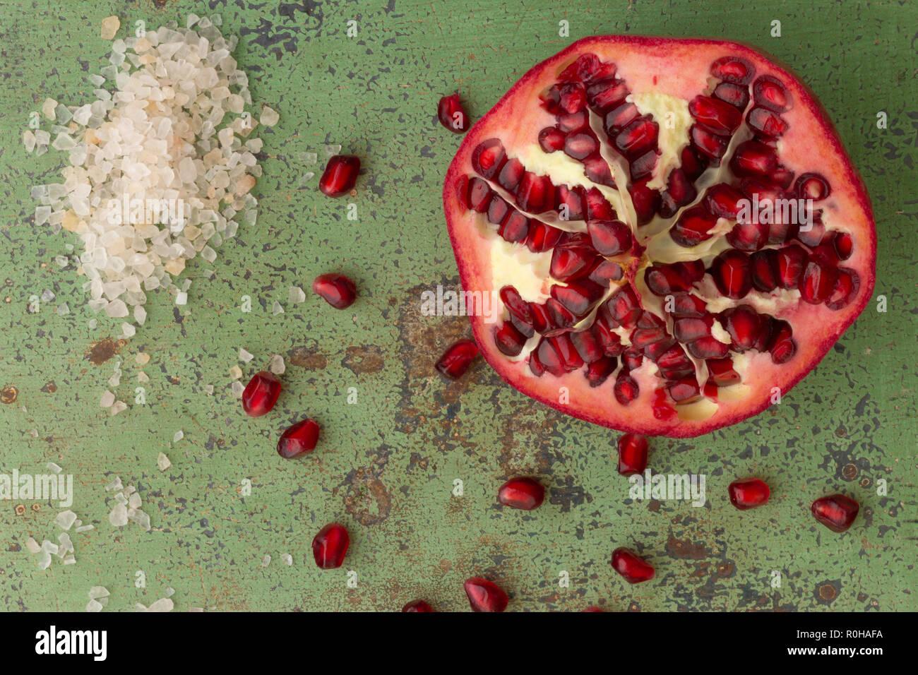 Frischer Granatapfel mit Salz auf röstigen Untergrund - Stock Image