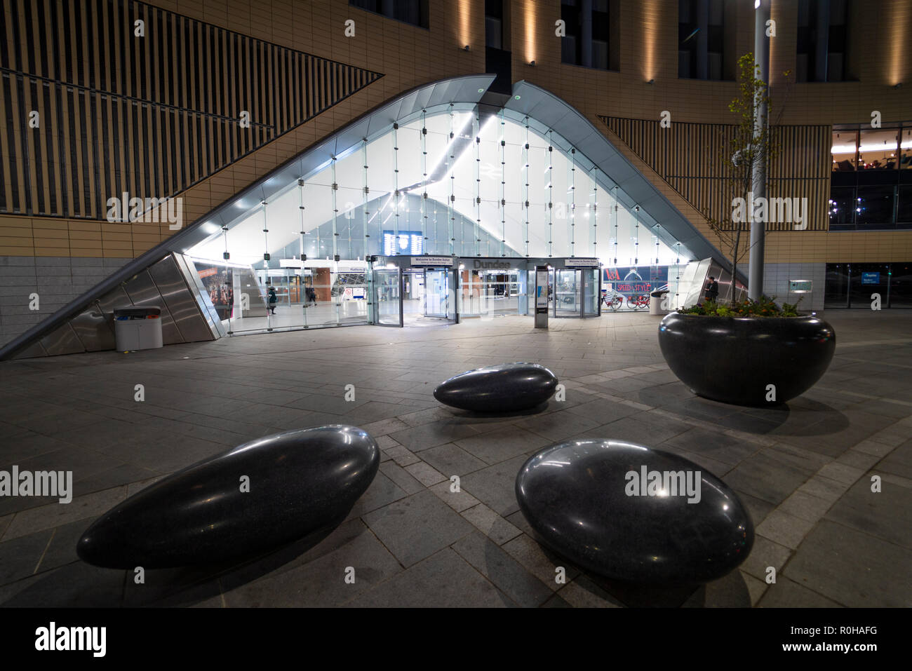 Night view of exterior of Dundee railway station, in Tayside, Scotland, UK - Stock Image