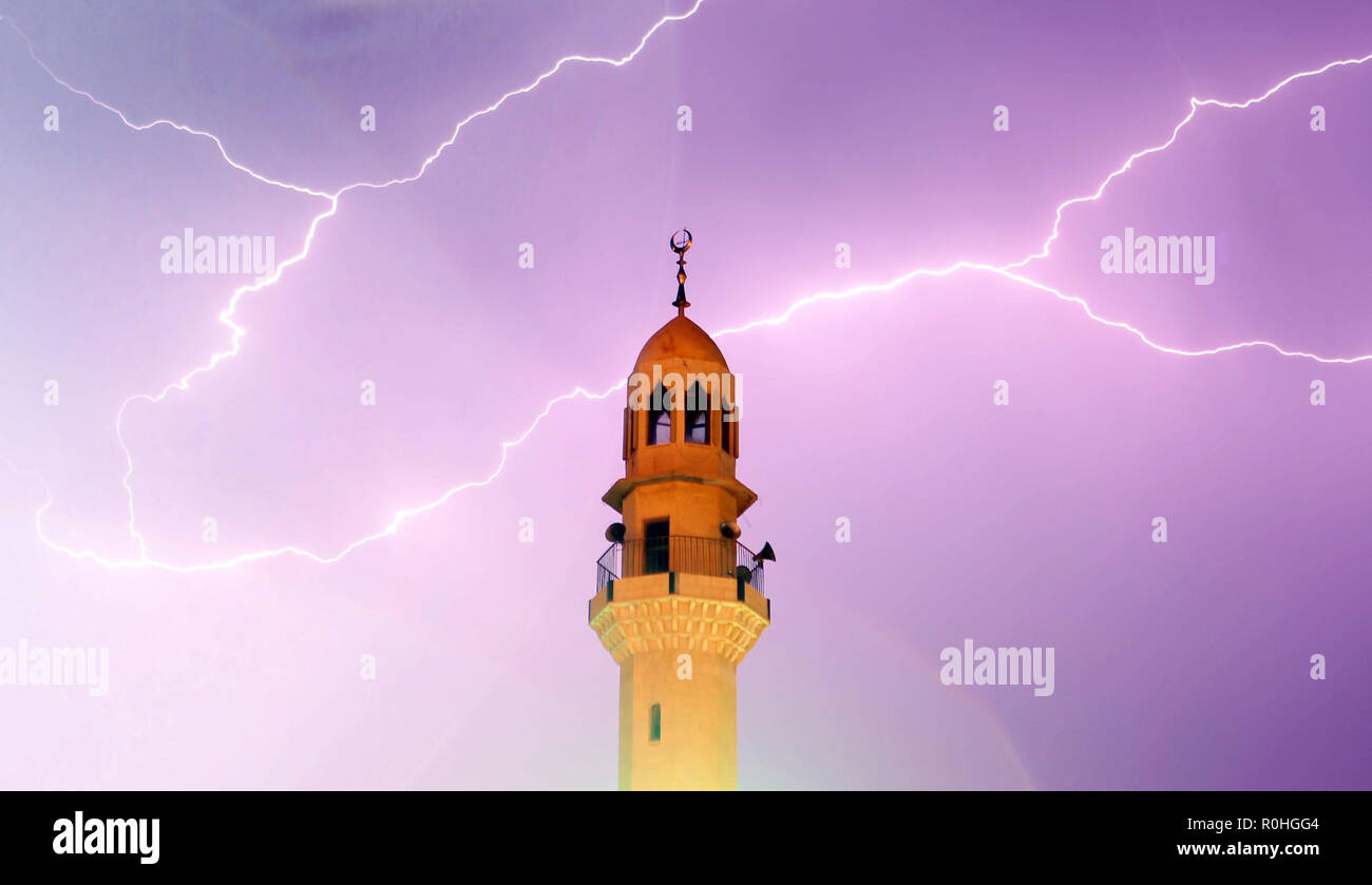 Ramallah, West Bank, Palestinian Territory. 5th Nov, 2018. Lightning is seen in the sky during a rainstorm over the West Bank city of Ramallah, on November 5, 2018 Credit: Shadi Hatem/APA Images/ZUMA Wire/Alamy Live News - Stock Image