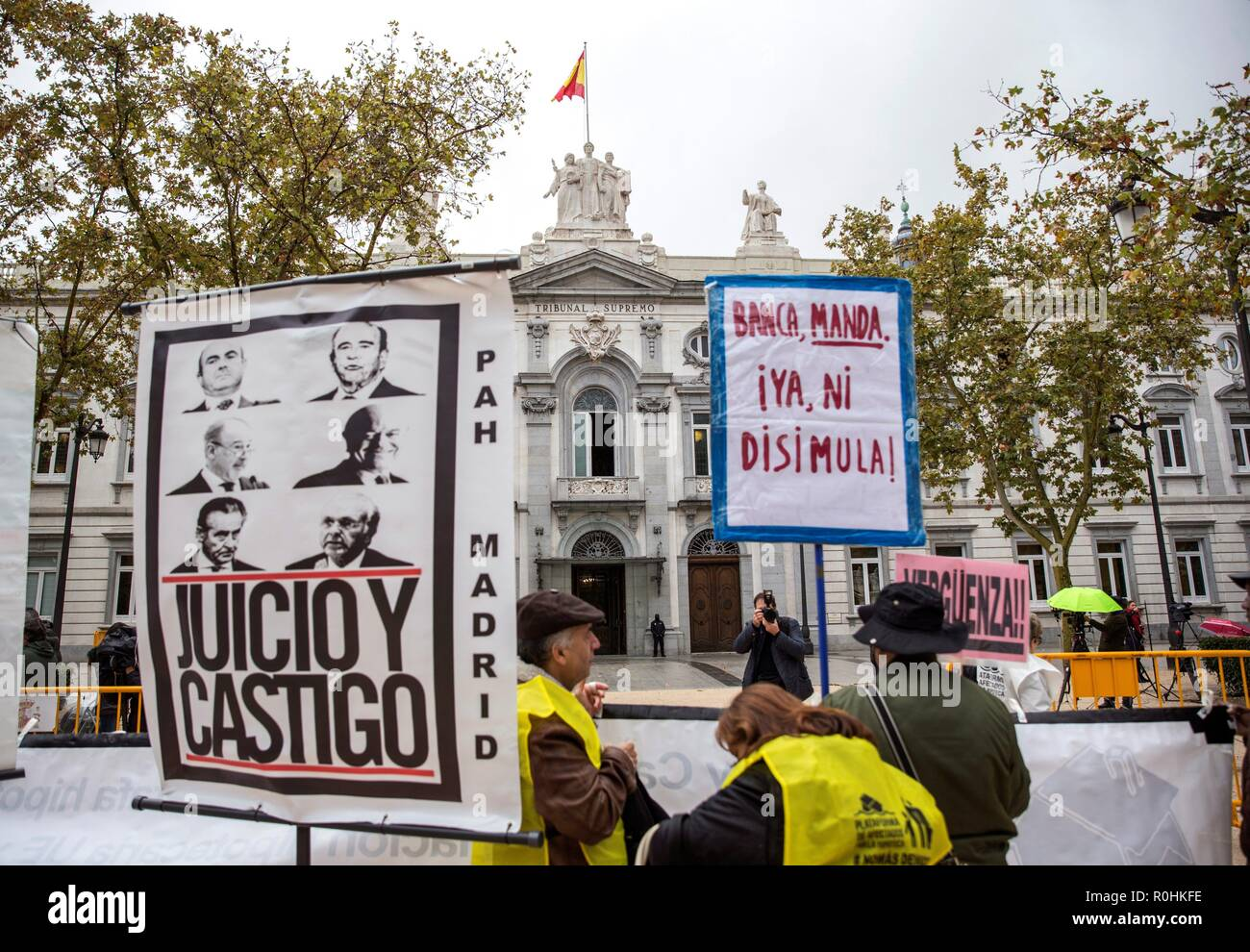 Demonstrators protest in front of the Supreme Court coinciding with its final sentence on the payment of a mortgages tax, in Madrid, Spain, 05 November 2018. The Spanish Supreme Court is to decide if banks or borrowers have to pay one of the mortgage taxes, after division arisen in the same court following an administrative division recently ruled that banks should cover the Impuesto sobre Actos Jurídicos Documentados (AJD) -a tax for the notarial documentation of the sale and the loan- and not the clients, as it has been happening until now. The announcement, that provoked banks shares' dive  - Stock Image