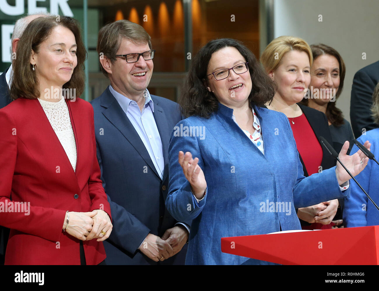 Berlin, Germany. 05th Nov, 2018. Andrea Nahles (M), chairwoman of the SPD, made a statement in the presence of the members of the executive committee after the meeting of the SPD executive committee at a press conference in the Willy Brandt House at the end of the closed conference of the SPD federal leadership. L-r: Katarina Barley, Federal Minister of Justice, Ralf Stegner, Deputy Chairman, Andrea Nahles, Chairman, Franziska Giffey, Federal Minister of Family Affairs, Aydan Özoguz, Member of the SPD Executive Committee. Credit: Wolfgang Kumm/dpa/Alamy Live News - Stock Image