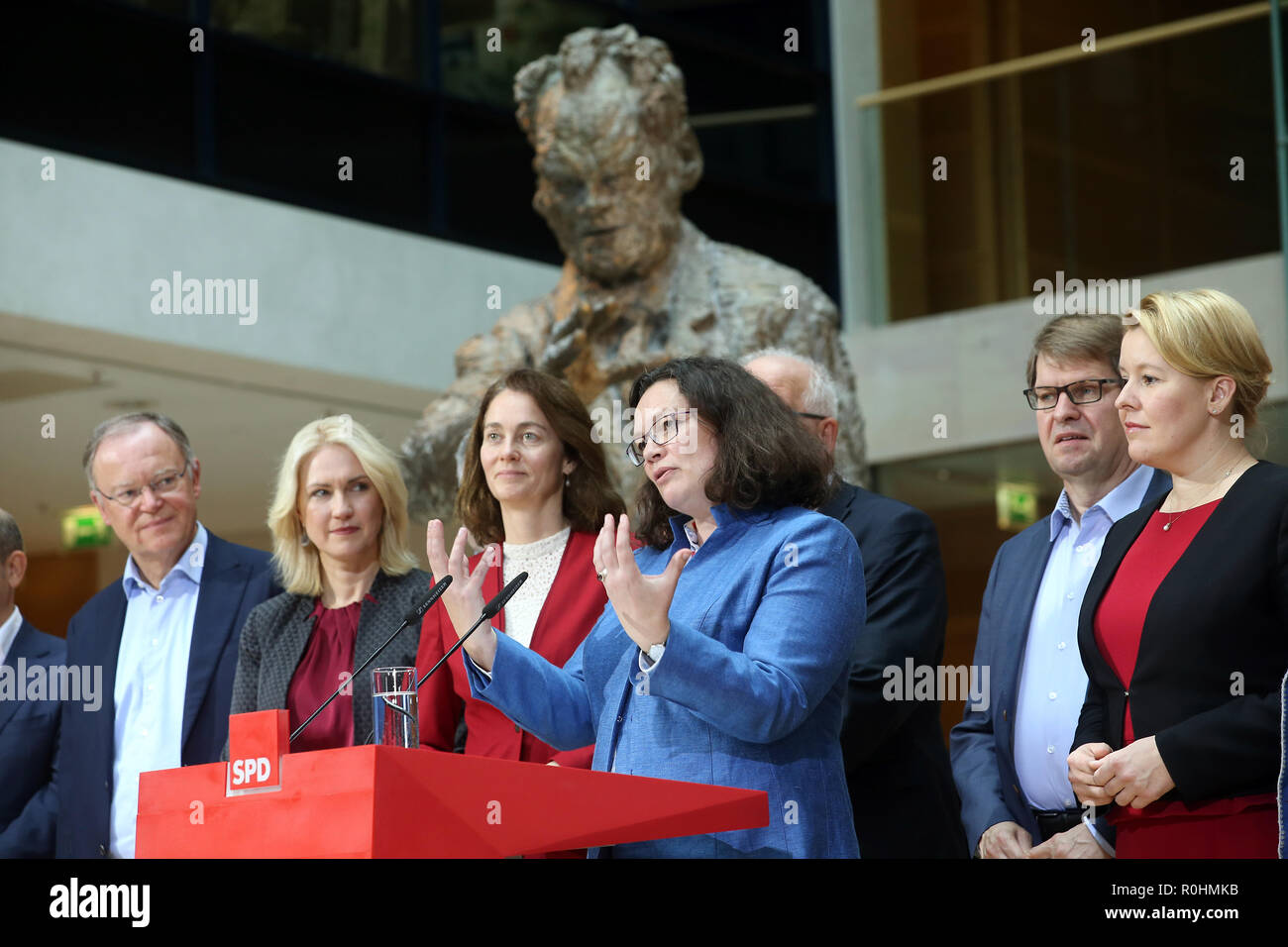 05 November 2018, Berlin: Andrea Nahles (M), chairwoman of the SPD, made a statement in the presence of the members of the executive committee after the meeting of the SPD executive committee at a press conference in the Willy Brandt House on the conclusion of the closed conference of the SPD federal leadership. L-r: L-r: Stephan Weil, Minister President of Lower Saxony, Manuela Schwesig, Minister President of Mecklenburg-Western Pomerania, Katarina Barley, Federal Minister of Justice, Andrea Nahles, Chairwoman, Ralf Stegner, Deputy Chairman, and Franziska Giffey, Federal Minister for Family A - Stock Image