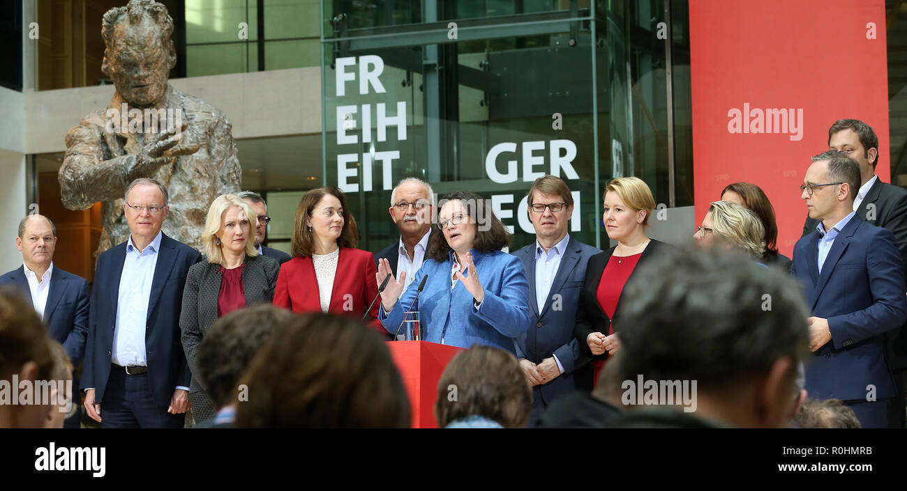 05 November 2018, Berlin: RECROP - Andrea Nahles (M), chairwoman of the SPD, made a statement in the presence of the members of the executive committee after the meeting of the SPD executive committee at a press conference in the Willy Brandt House at the end of the closed conference of the SPD federal leadership. L-r.: Olaf Scholz, Federal Minister of Finance, Stephan Weil, Prime Minister of Lower Saxony, Manuela Schwesig, Prime Minister of Mecklenburg-Western Pomerania, Katarina Barley, Federal Minister of Justice, Ralf Stegner, Deputy Chairman of the SPD, Andrea Nahles, Chairwoman, Franzisk - Stock Image