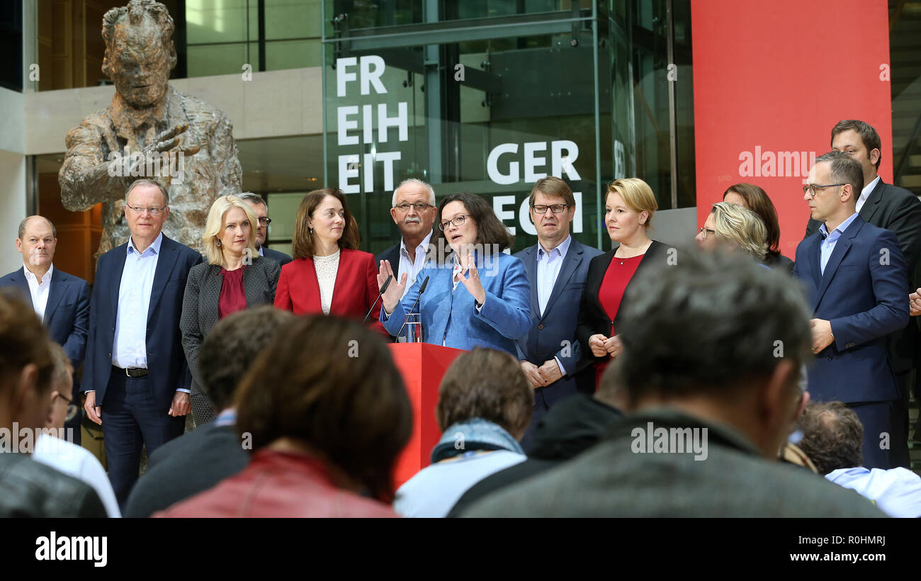 05 November 2018, Berlin: Andrea Nahles (M), chairwoman of the SPD, made a statement in the presence of the members of the executive committee after the meeting of the SPD executive committee at a press conference in the Willy Brandt House at the end of the closed conference of the SPD federal leadership. L-r.: Olaf Scholz, Federal Minister of Finance, Stephan Weil, Prime Minister of Lower Saxony, Manuela Schwesig, Prime Minister of Mecklenburg-Western Pomerania, Katarina Barley, Federal Minister of Justice, Ralf Stegner, Deputy Chairman of the SPD, Andrea Nahles, Chairwoman, Franziska Giffey, - Stock Image