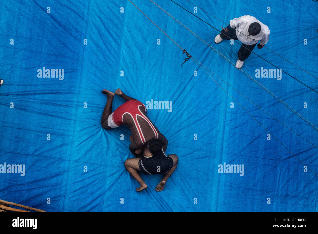 (181105) -- KOLKATA(INDIA), Nov. 5, 2018 (Xinhua) -- Wrestlers compete during a street competition to popularize the sport in Kolkata, India on Nov. 5, 2018. Wrestling once a royal national sport, in recent times, due to lack of sponsors, is facing hard times and its popularity is on the decline. (Xinhua Photo/Tumpa Mondal) Stock Photo