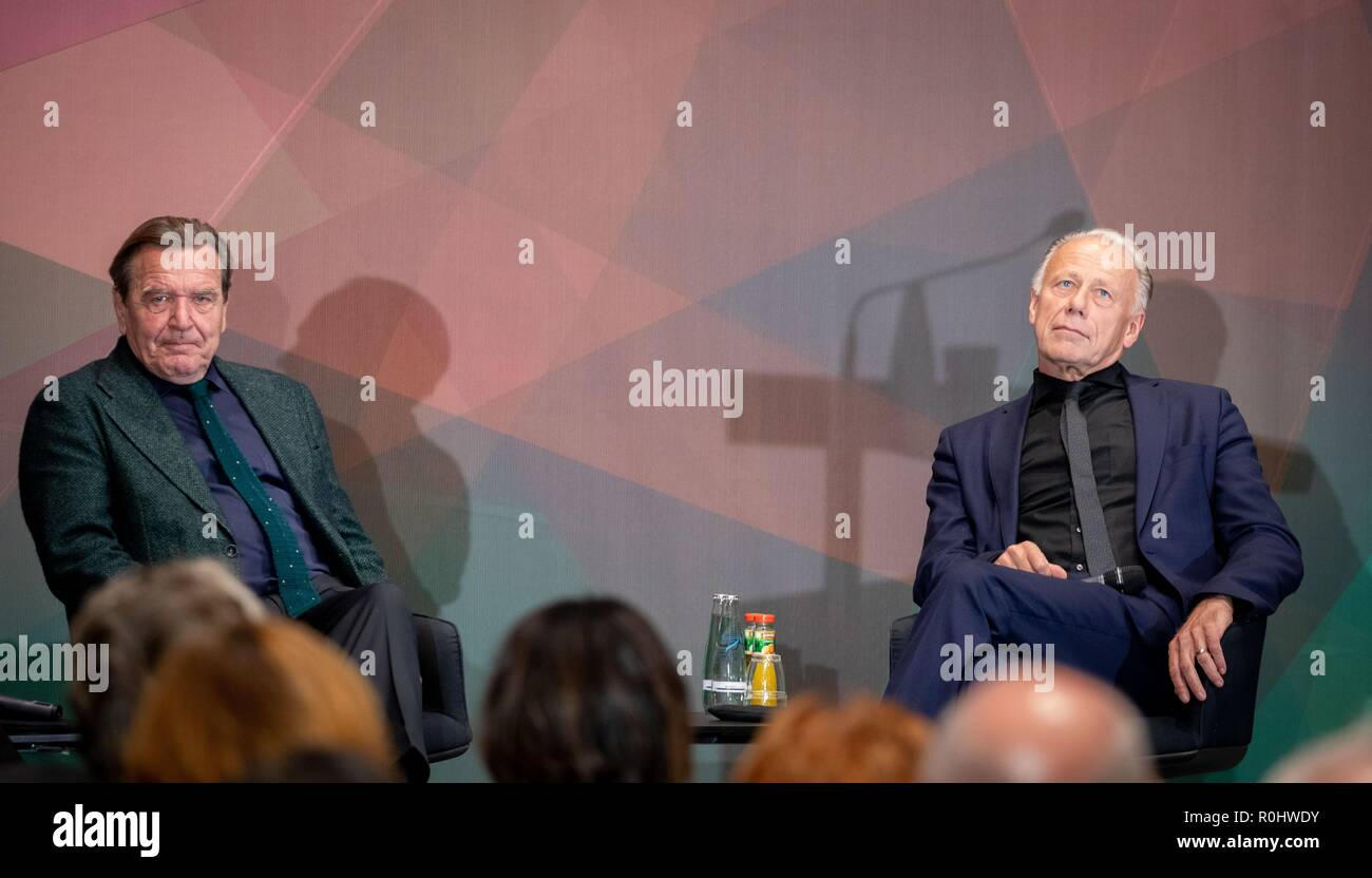 Berlin, Germany. 05th Nov, 2018. Gerhard Schröder (SPD), former Federal Chancellor, and Jürgen Trittin (Bündnis 90/Die Grünen), former Federal Environment Minister, take part in the panel discussion: The 'red-green project' for the 20th anniversary of Gerhard Schröder's election as Chancellor in the Friedrich-Ebert-Stiftung. Credit: Kay Nietfeld/dpa/Alamy Live News - Stock Image