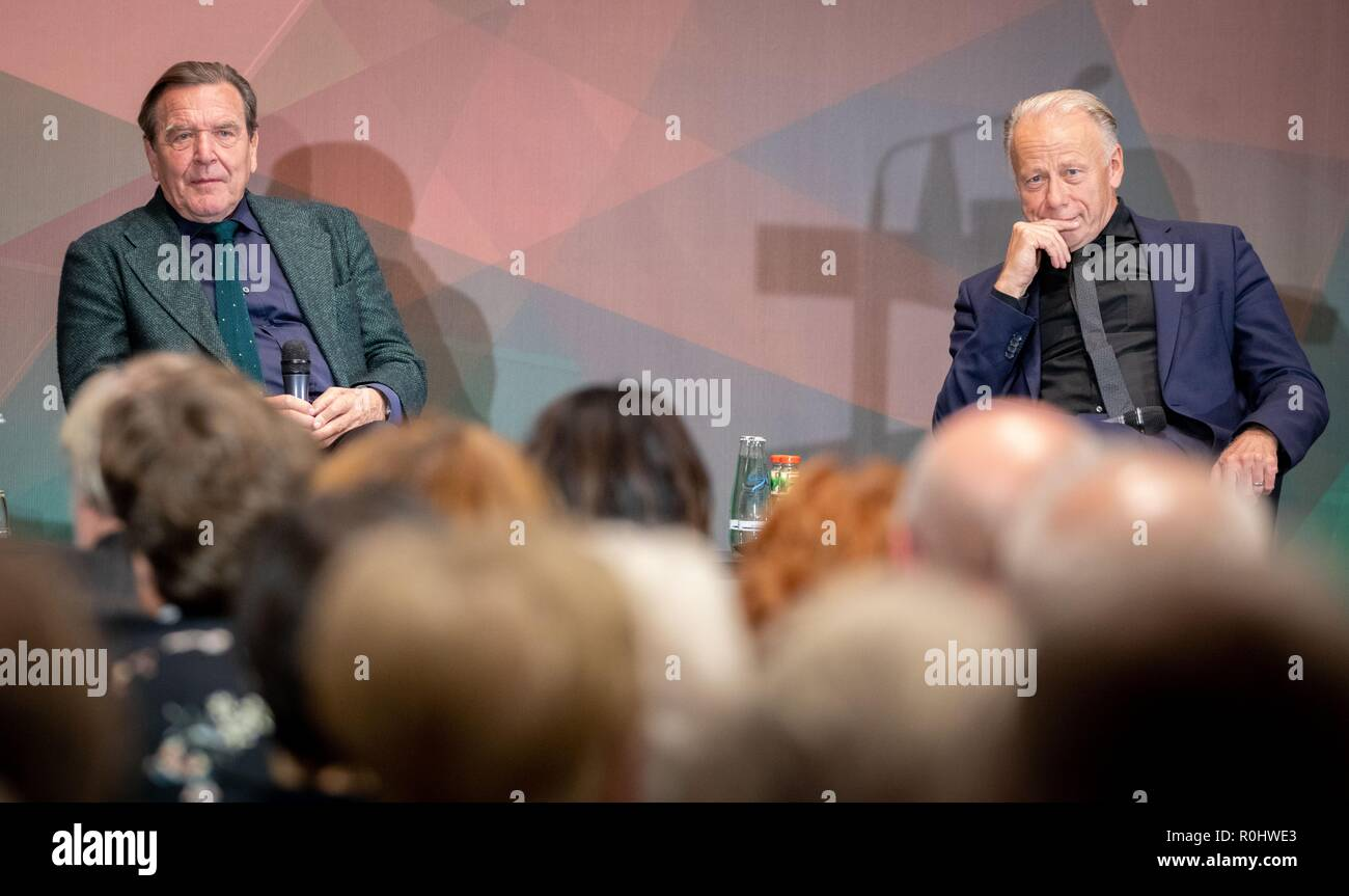 Berlin, Germany. 05th Nov, 2018. Gerhard Schröder (SPD, l), former Federal Chancellor, and Jürgen Trittin (Bündnis 90/Die Grünen), former Federal Environment Minister, take part in the panel discussion: The 'red-green project' for the 20th anniversary of Gerhard Schröder's election as Chancellor in the Friedrich-Ebert-Stiftung. Credit: Kay Nietfeld/dpa/Alamy Live News - Stock Image