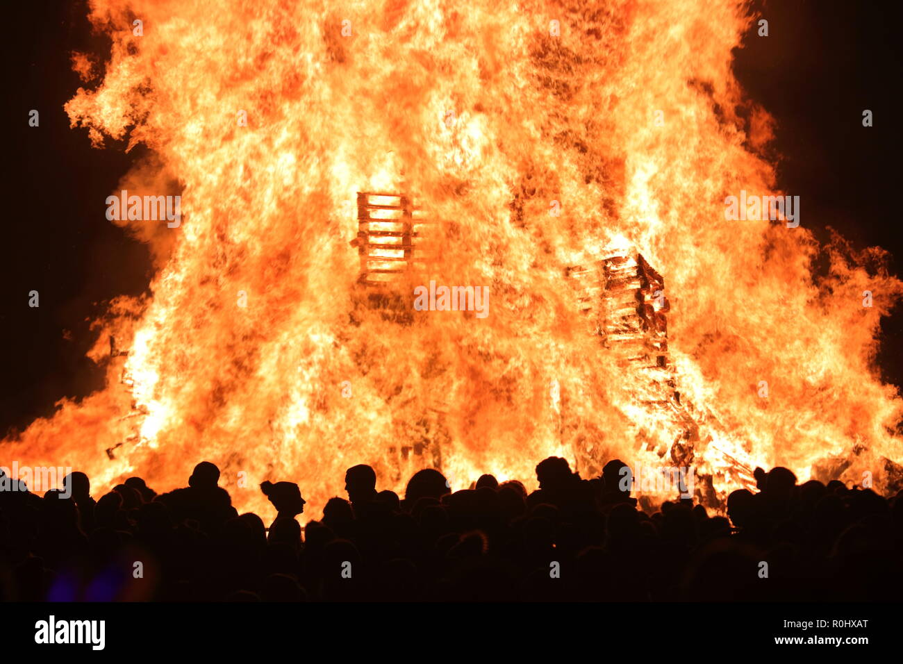 Leeds, West Yorkshire. 5th November 2018. Bonfire celebrations at Springhead Park in Rothwell. Credit: Yorkshire Pics/Alamy Live News - Stock Image