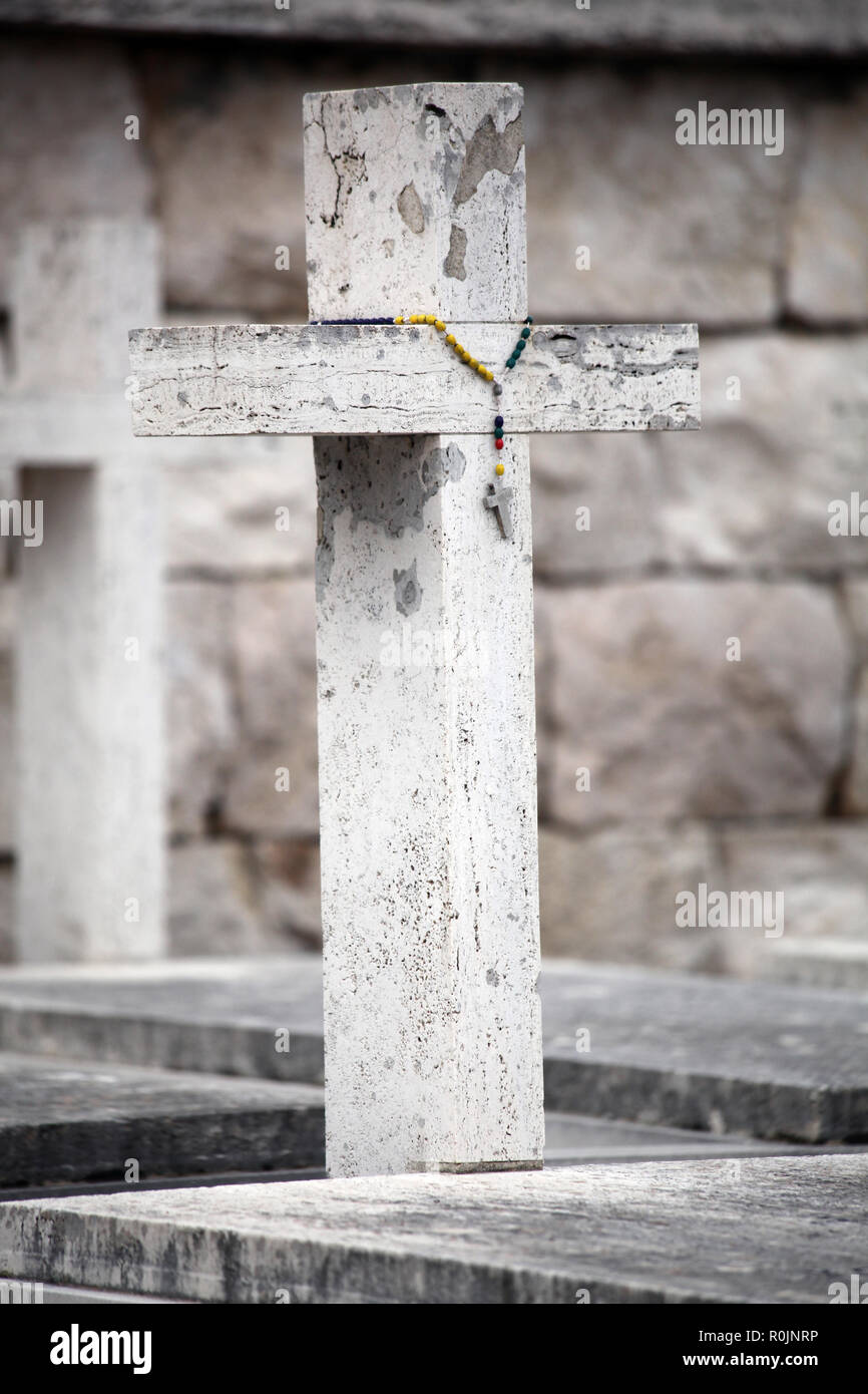 White stone cross on fallen Polish soldiers grave in the Polish War Cemetery at Monte Cassino, Italy, resting place of General Wladislaw Anders - Stock Image