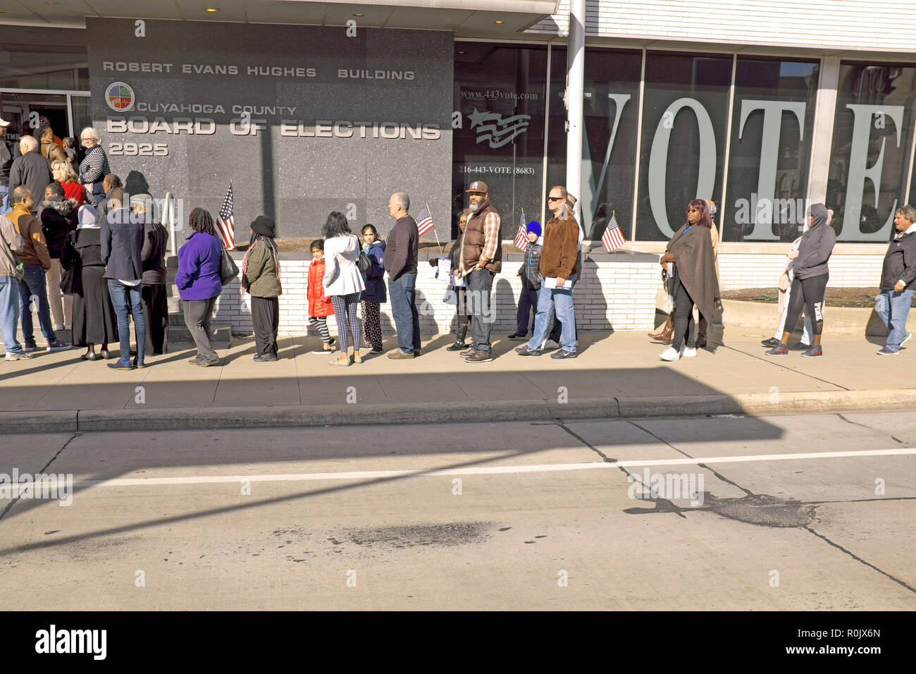 A que of voters outside the Cuyahoga County Board of Elections in downtown Cleveland, Ohio, USA wait to vote in the 2018 US Midterm elections. - Stock Image