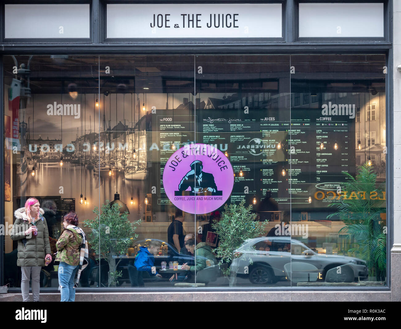 A Joe &the Juice store in Midtown Manhattan in New York on Sunday, October 28, 2018. Valedo Partners and General Atlantic, the owners of J&tJ are reported to be preparing for an initial public offering for the health food chain in 2019. (© Richard B. Levine) - Stock Image