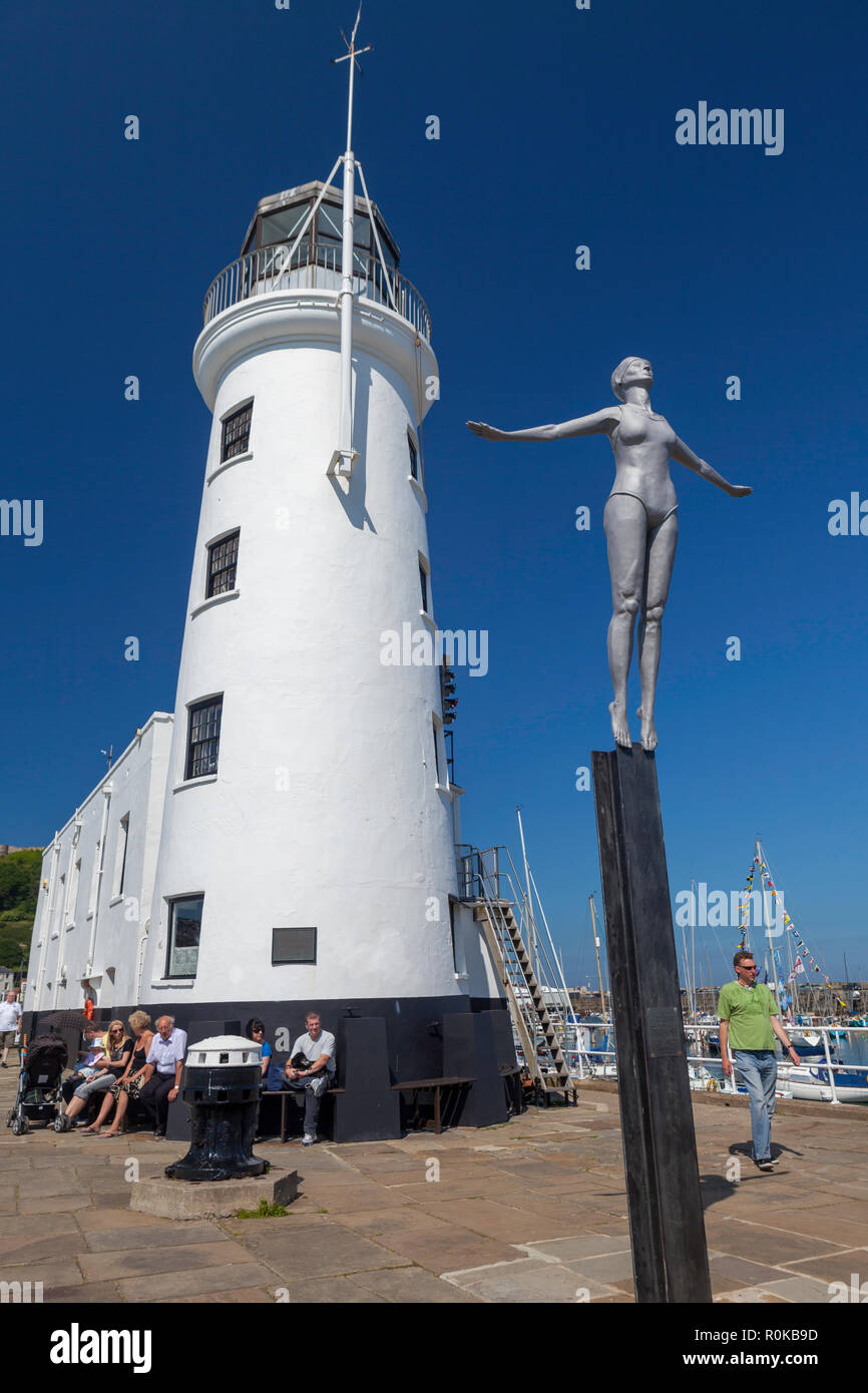 The diving Belle sculpture and whitewashed lighthouse on St. Vincent Pier (West Pier) of Scarborough harbour - Scarborougjh,, North Yorkshire - Stock Image