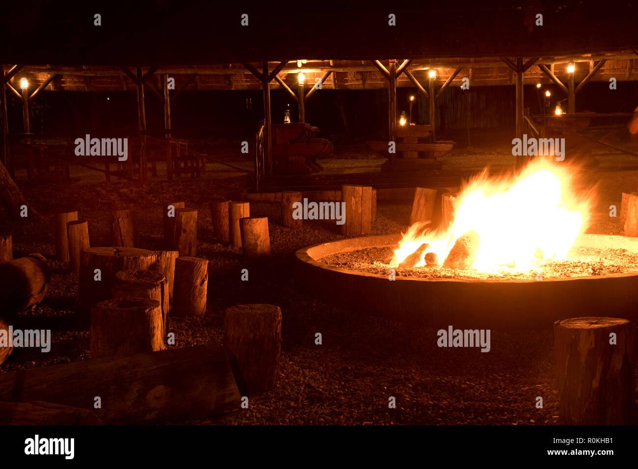 Bonfire burning at the boma in Bakubung Lodge - Stock Image