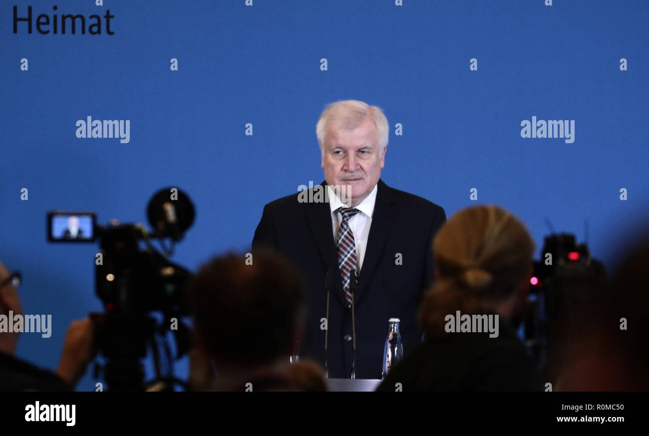Berlin, Germany. 05th Nov, 2018. Interior Minister Horst Seehofer (CSU) issued a press statement in the Interior Ministry on the management of the Federal Office for the Protection of the Constitution (BMI). Seehofer is putting the controversial president of the German Office for the Protection of the Constitution, Maaßen, into temporary retirement. The background to this is that Maaßen, in a farewell speech, had strongly criticized parts of the coalition and again massively defended his controversial remarks on 'hunt hunting' in Chemnitz. Credit: Kay Nietfeld/dpa/Alamy Live News - Stock Image