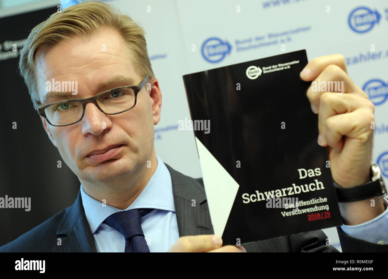 Berlin, Germany. 06th Nov, 2018. Reiner Holznagel, President of the Taxpayers' Association, presents the new 'Black Book' at a press conference. The association criticizes the wasteful use of taxpayers' money on the basis of examples. Credit: Wolfgang Kumm/dpa/Alamy Live News - Stock Image