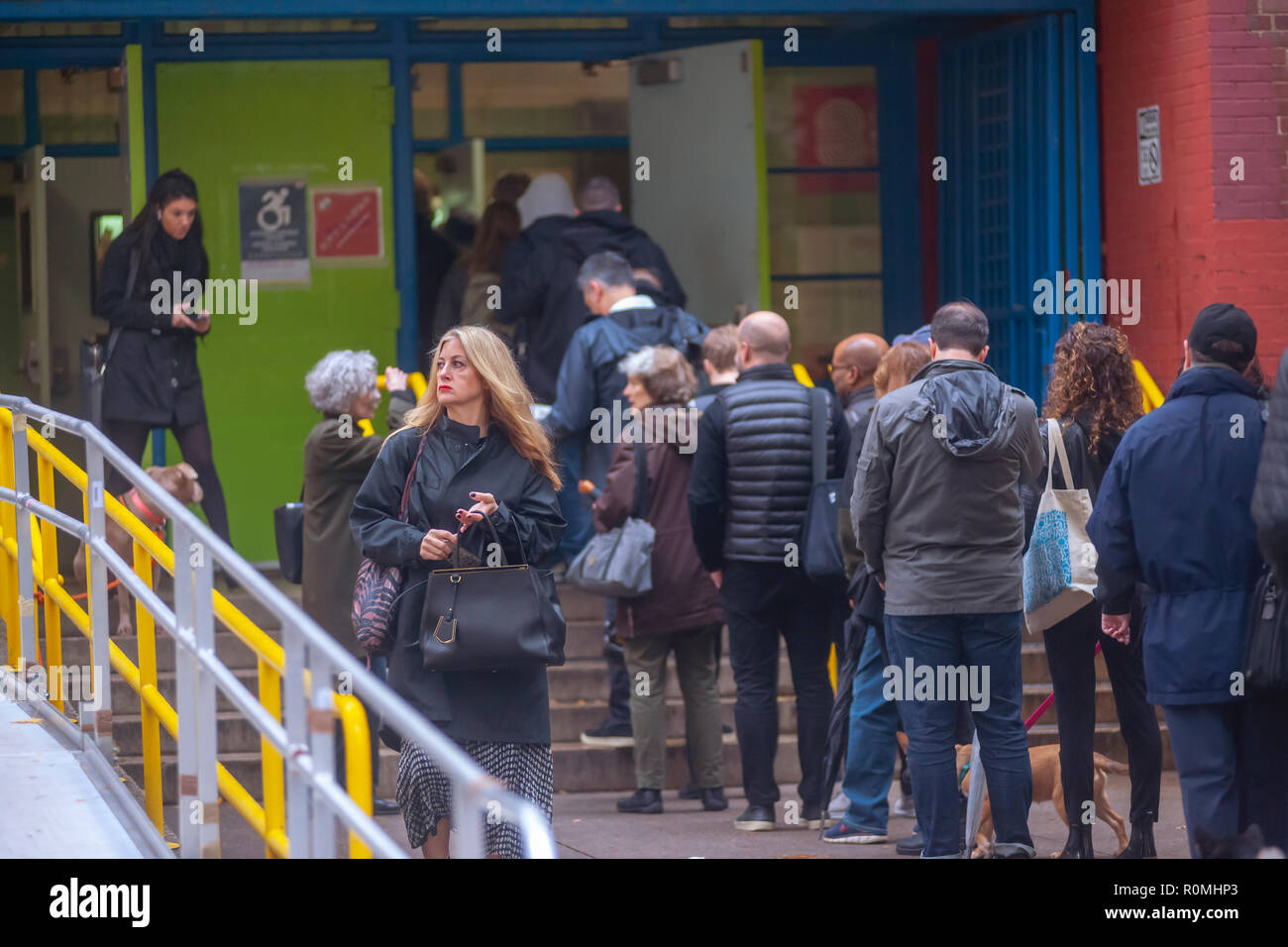 New York, USA. 6th November, 2018. Voters enter and leave the PS33 polling station in the Chelsea neighborhood of New York on Election Day, Tuesday, November 6, 2018. Credit: Richard Levine/Alamy Live News - Stock Image