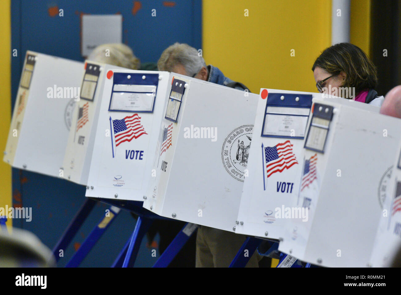 New York, USA. 6th November, 2018. Residents in the Park Slope section of Brooklyn, New York cast their vote during the Midterm Elections on November 6, 2018. Credit: Erik Pendzich/Alamy Live News - Stock Image