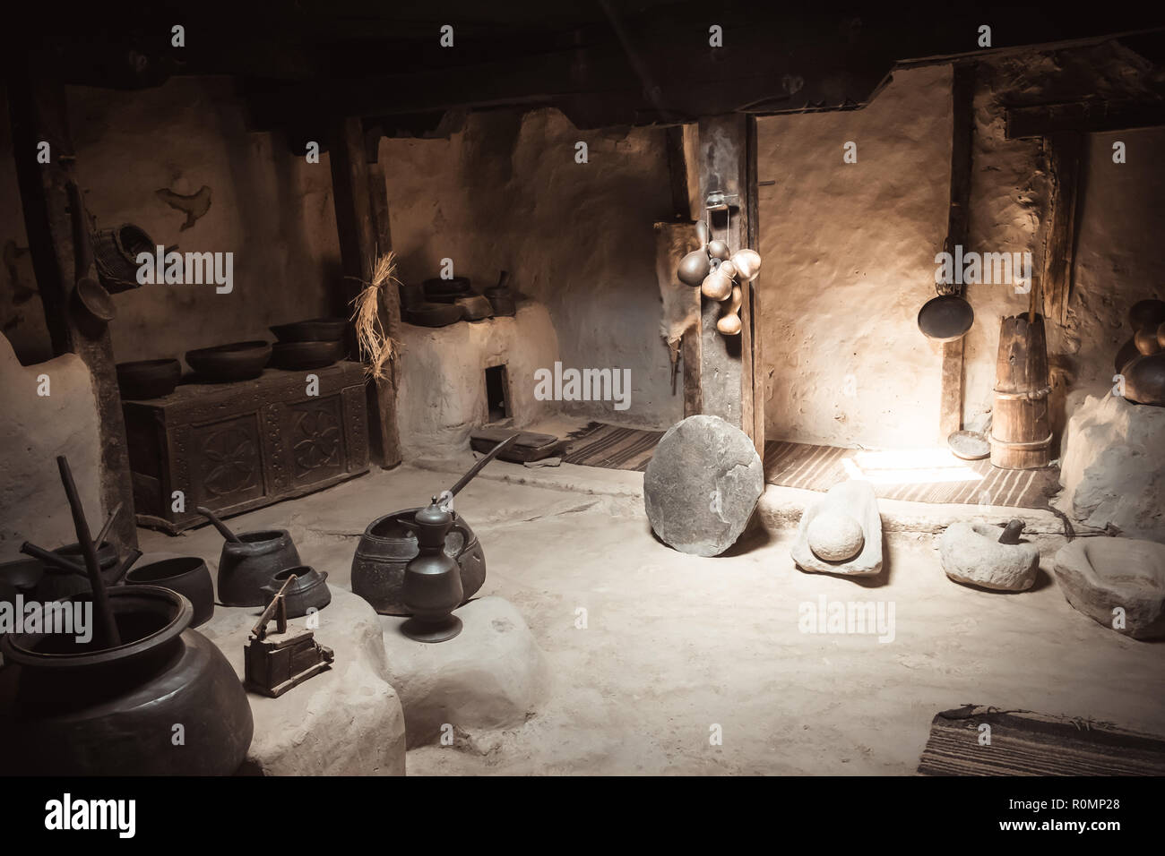 Antique kitchen ware in Baltitt fort. Hunza valley, Gilgit Baltistan, Pakistan. - Stock Image