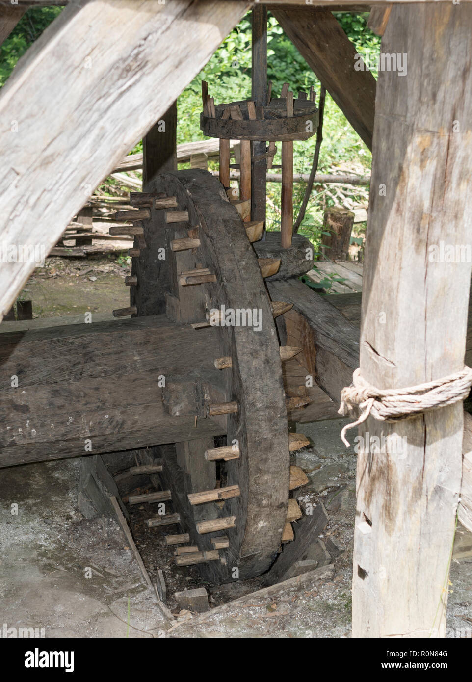 Wooden pin gears with lantern wheel reproduction medieval water mill at Guédelon Castle, Treigny, Yonne , Burgundy, France - Stock Image