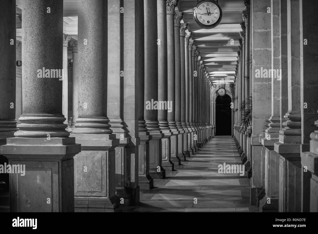 Mühlbrunnkolonnade, perspektivische Ansicht von 'innen', Karlsbad, schwarzweiß bei Nacht - Stock Image