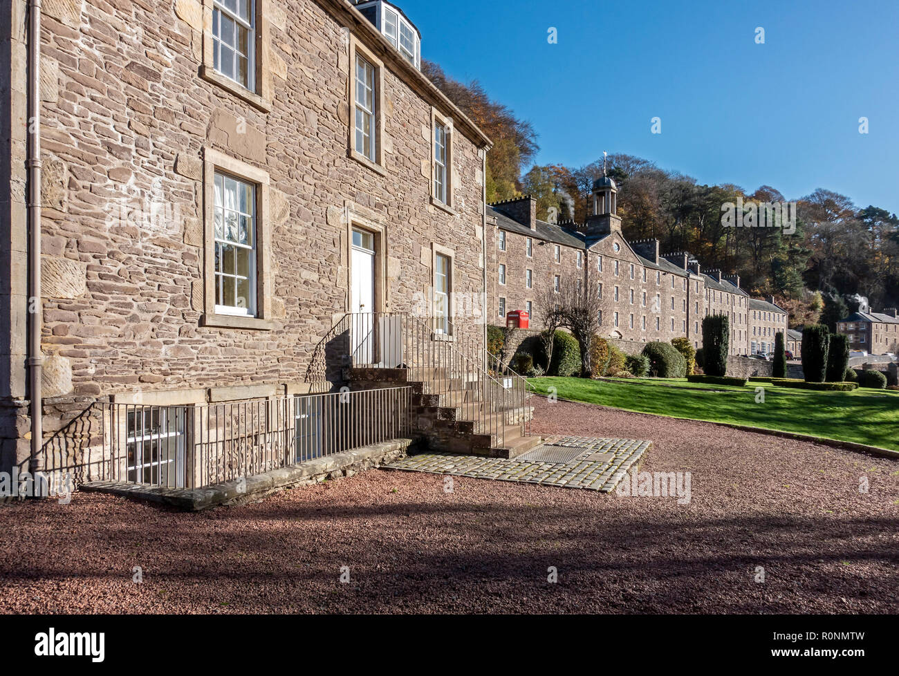 Robert Owen's house (l) with millworkers house (r) at New Lanark Mills World Heritage Site by the River Clyde in Lanark Lanarkshire Scotland UK - Stock Image