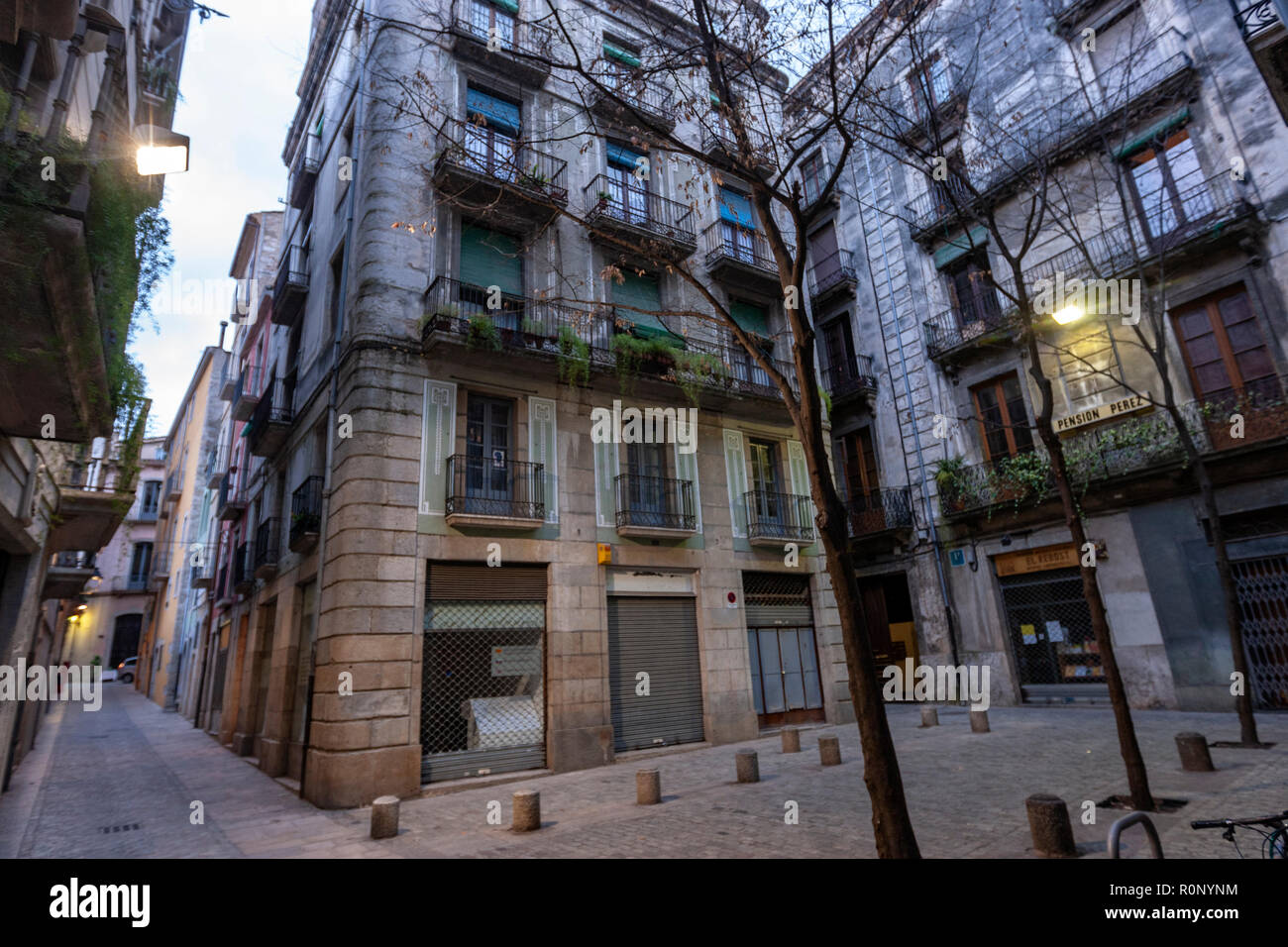 Plaça Bell-Lloc and the Carrer Nou del Teatre in the old city of Girona, Catalonia, Spain - Stock Image