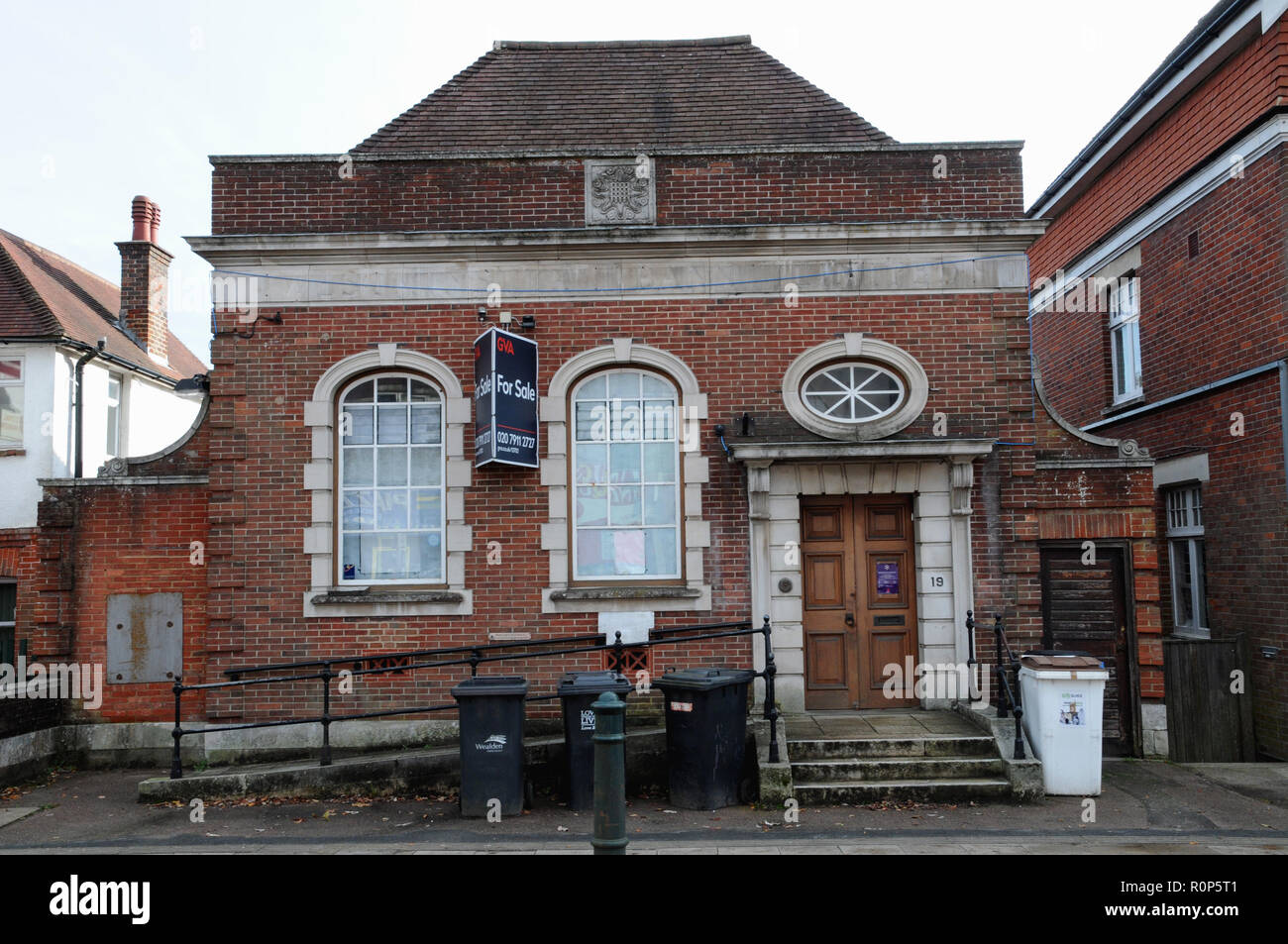 An empty building seeking a buyer in the market town of Heathfield East Sussex. Until June 2018 it was a branch of the Natwest Bank. - Stock Image