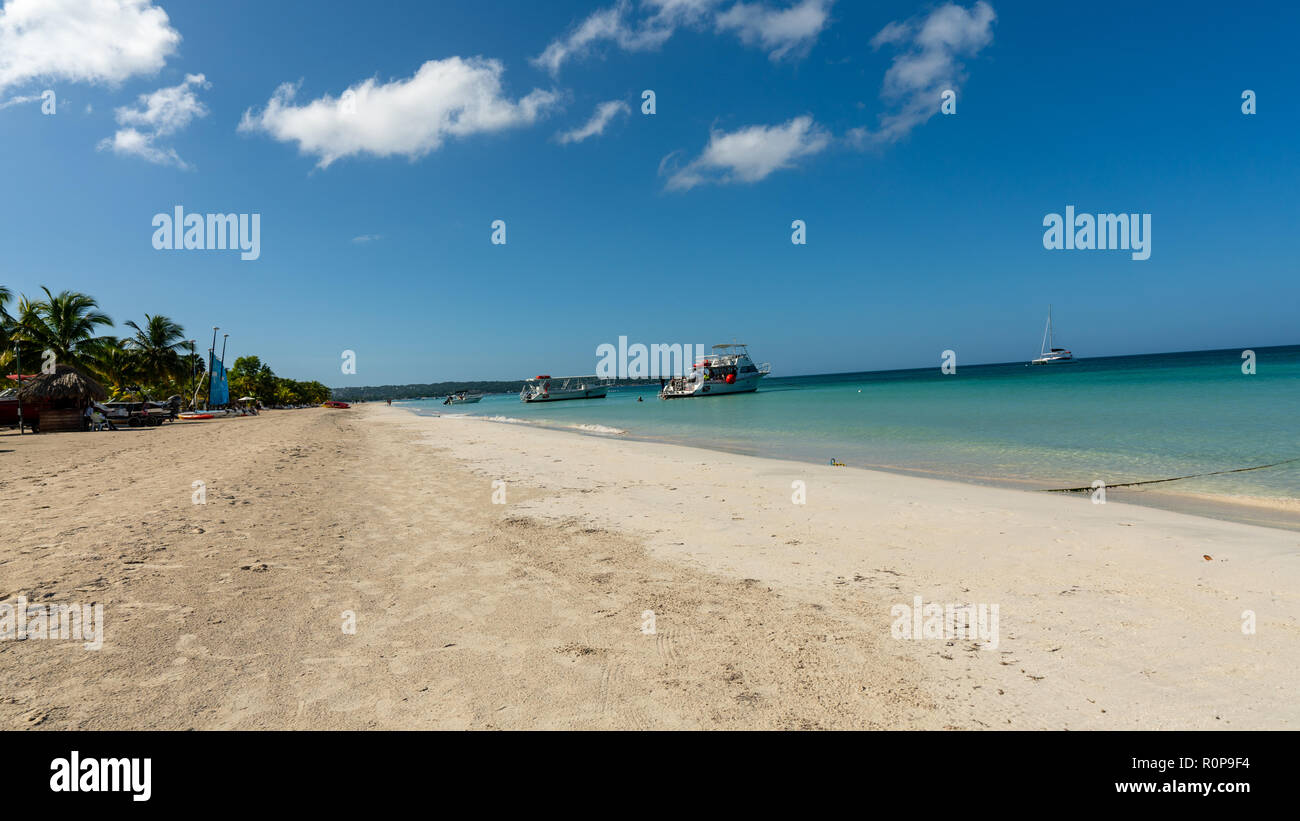 Bright sunny day on 7 mile beach in Negril Jamaica - Stock Image