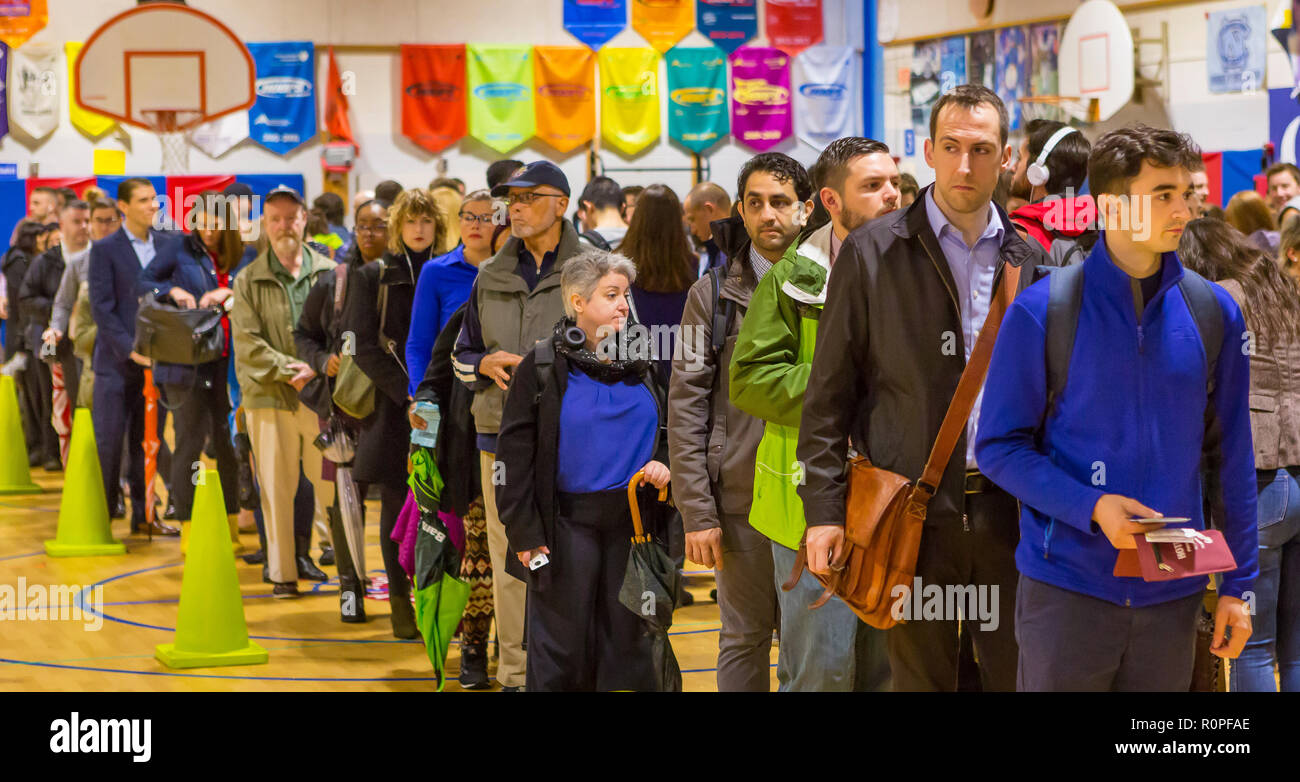 Arlington, Virginia, USA. 6th November, 2018. Voters in long queue during midterm voting, at Key School. Rob Crandall/Alamy Live News - Stock Image