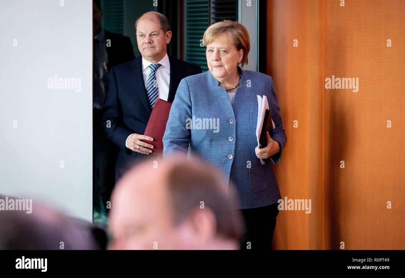 Berlin, Germany. 07th Nov, 2018. Federal Chancellor Angela Merkel (CDU) and Olaf Scholz (SPD), Federal Minister of Finance, attend the Federal Cabinet meeting at the Federal Chancellery. Credit: Kay Nietfeld/dpa/Alamy Live News - Stock Image