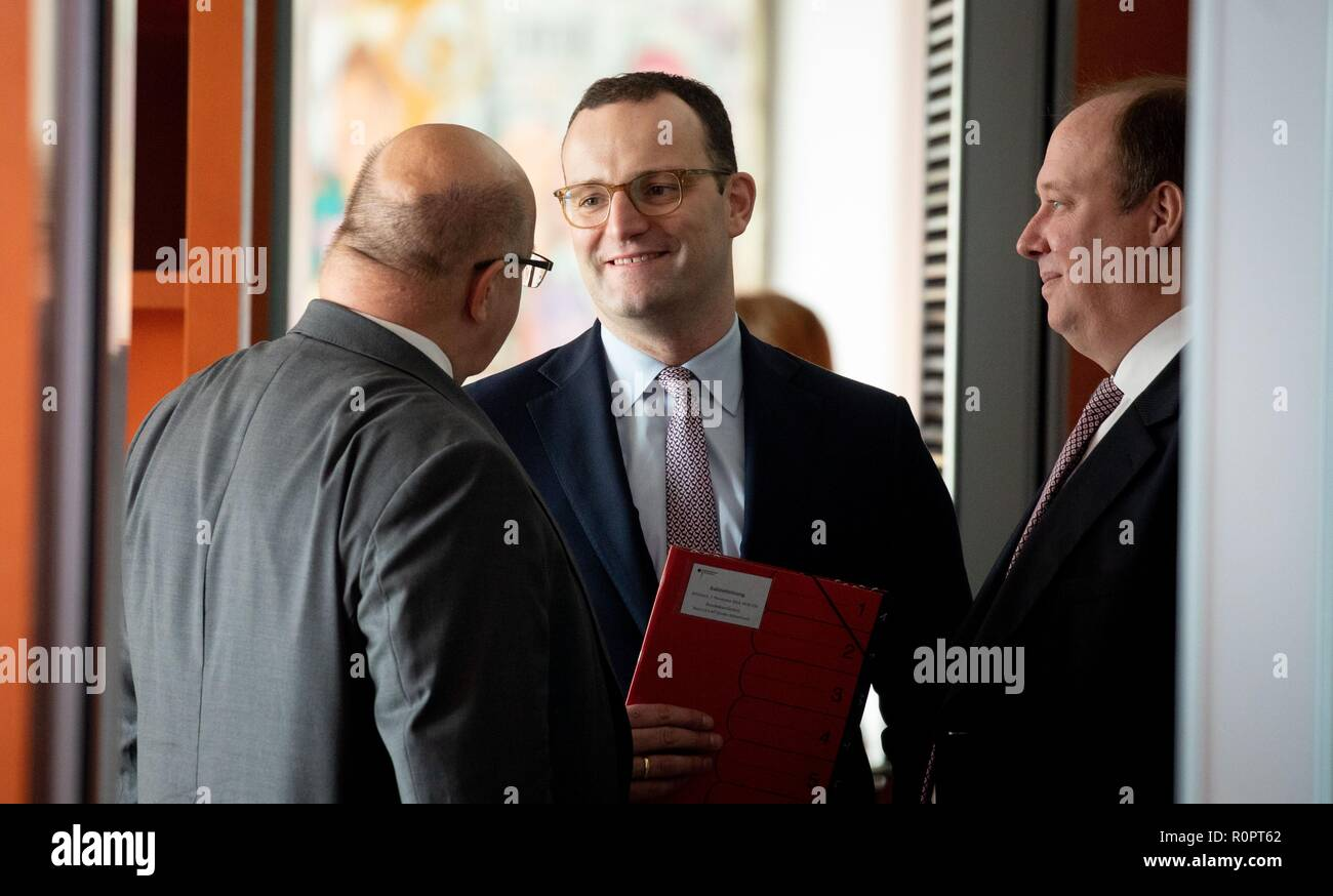 Berlin, Germany. 07th Nov, 2018. Peter Altmaier (l-r, CDU), Federal Minister of Economics and Energy, Jens Spahn (CDU), Federal Minister of Health, and Helge Braun (CDU), Head of the Federal Chancellery and Federal Minister for Special Tasks, attend the Federal Cabinet meeting at the Federal Chancellery. Credit: Kay Nietfeld/dpa/Alamy Live News - Stock Image